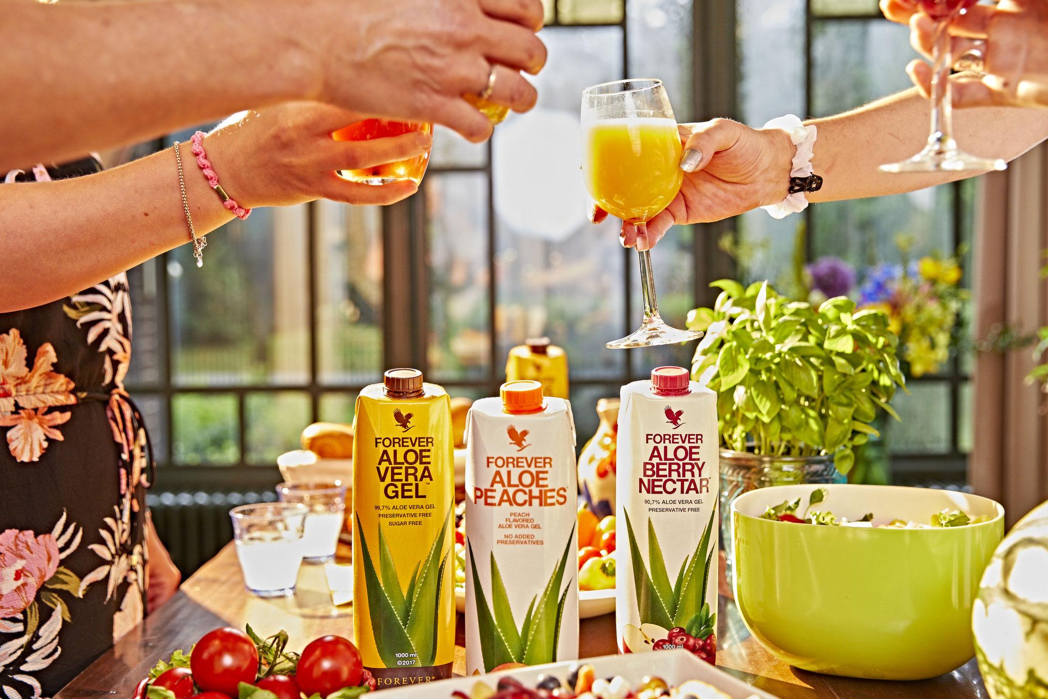 Erlebe und genieße die ganze Kraft der Aloe Vera. Unsere Drinks enthalten bis zu 99,7 % reines Aloe-Vera-Gel, ist reich an Vitamin C und ohne Zusatz von Konservierungsstoffen. Behutsam aus dem Blattmark der Aloe-Vera-Pflanze herausgelöst.