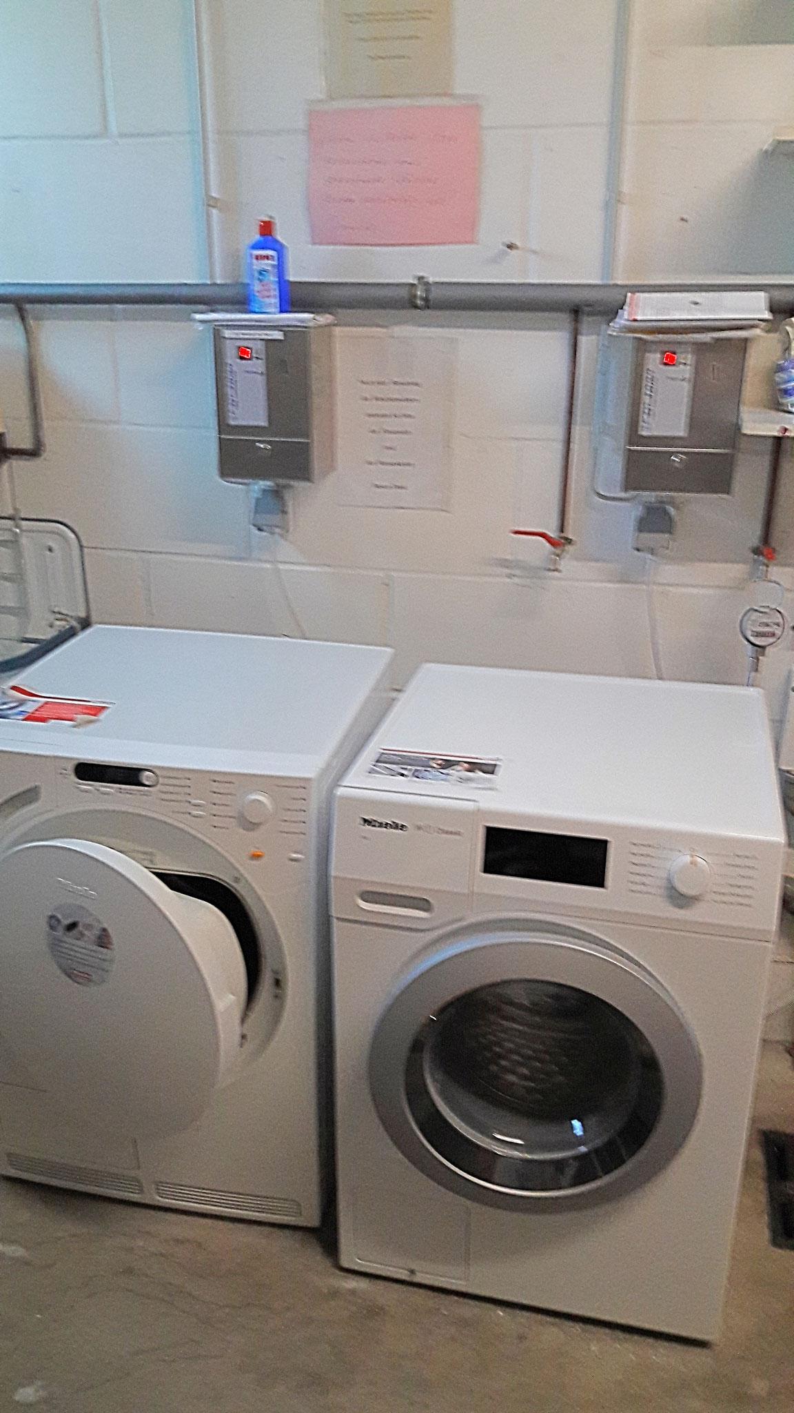 Waschküche mit Trockner