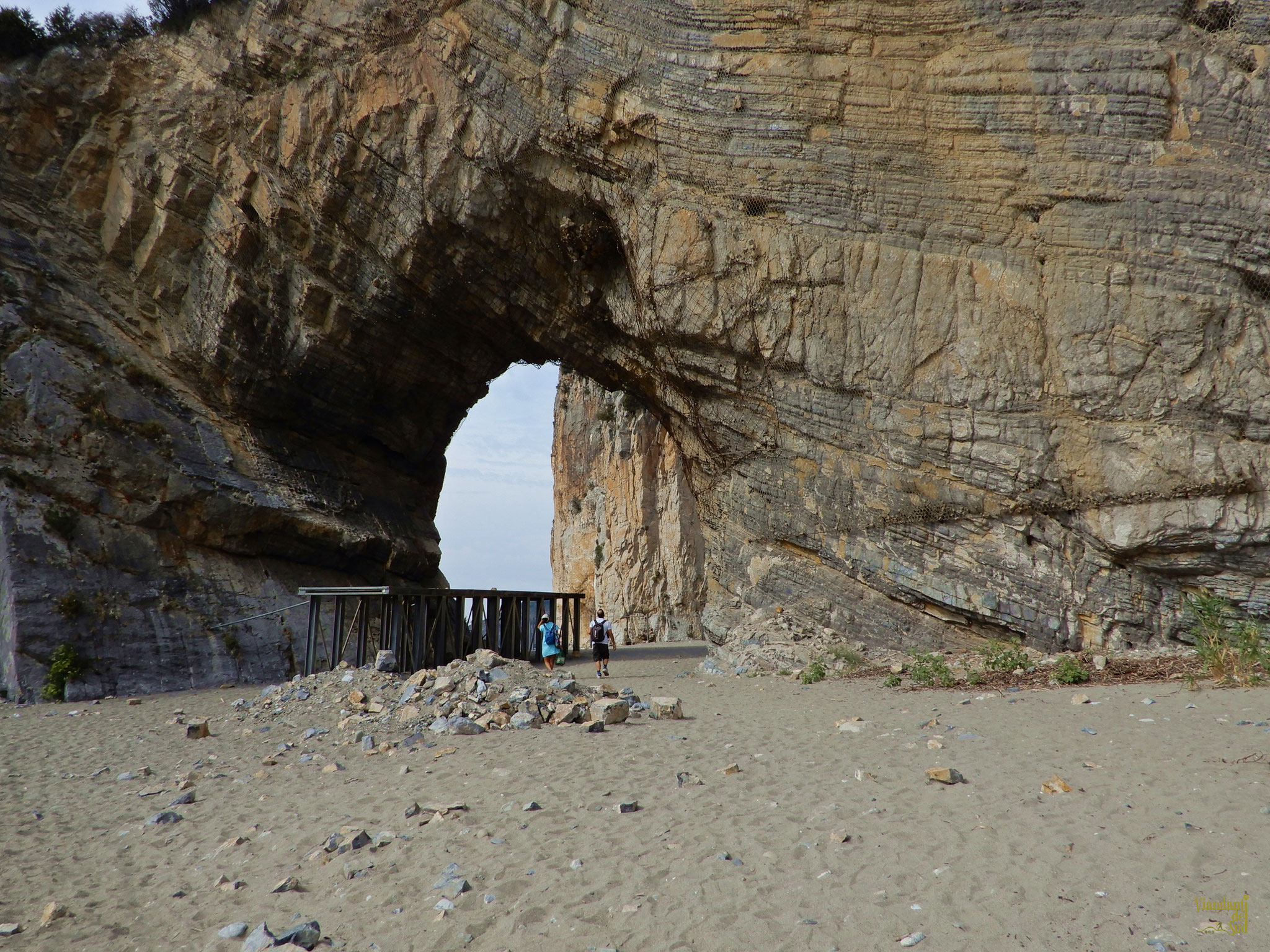 L'Arco Naturale di Palinuro è una maestosa formazione rocciosa che emerge dalle acque circostanti.