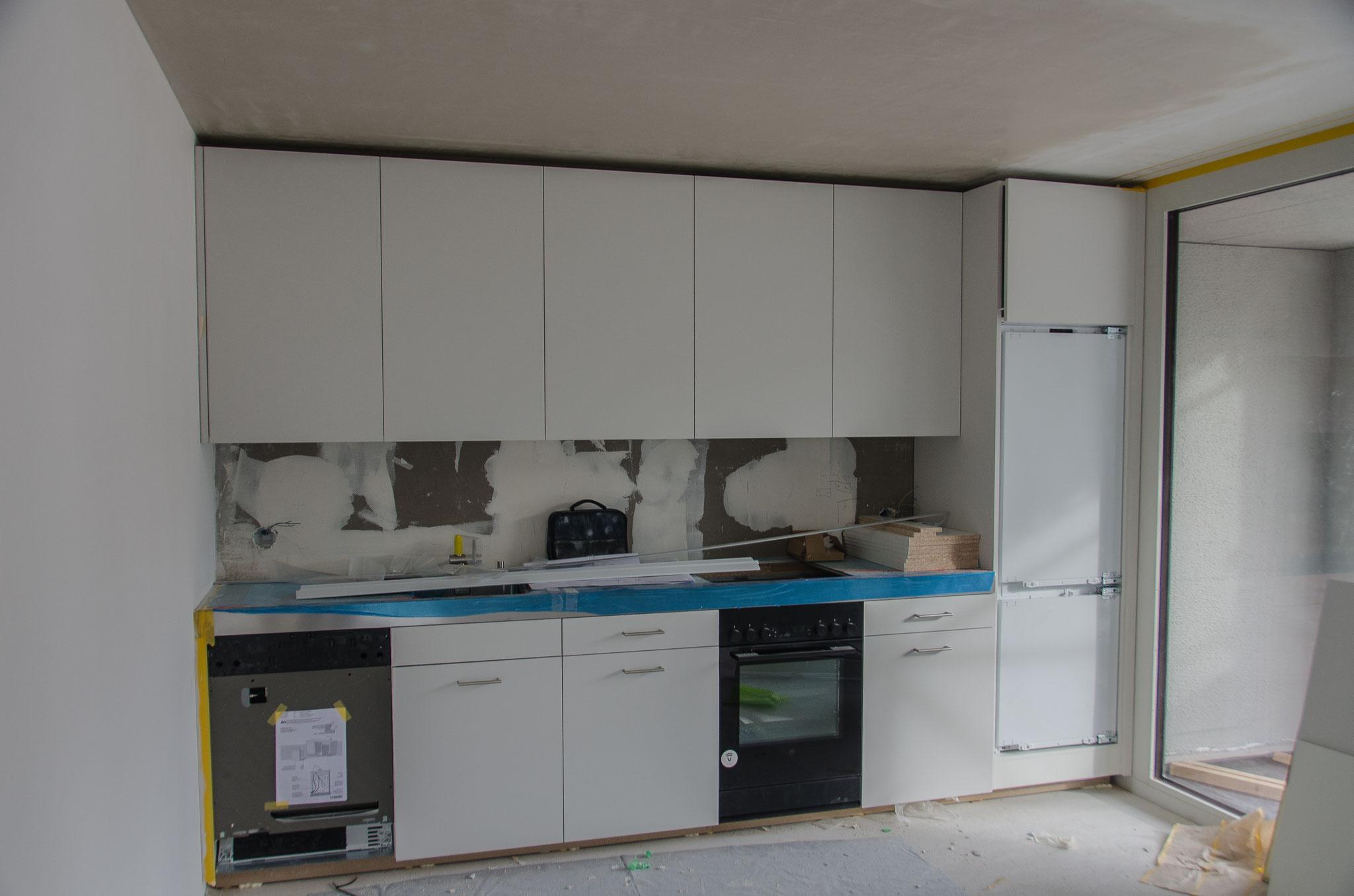 Die Küchenkombinationen sind zum grössten Teil montiert (auf dem Bild diejenigen für die 2½- und 3½-Zimmerwohnungen)