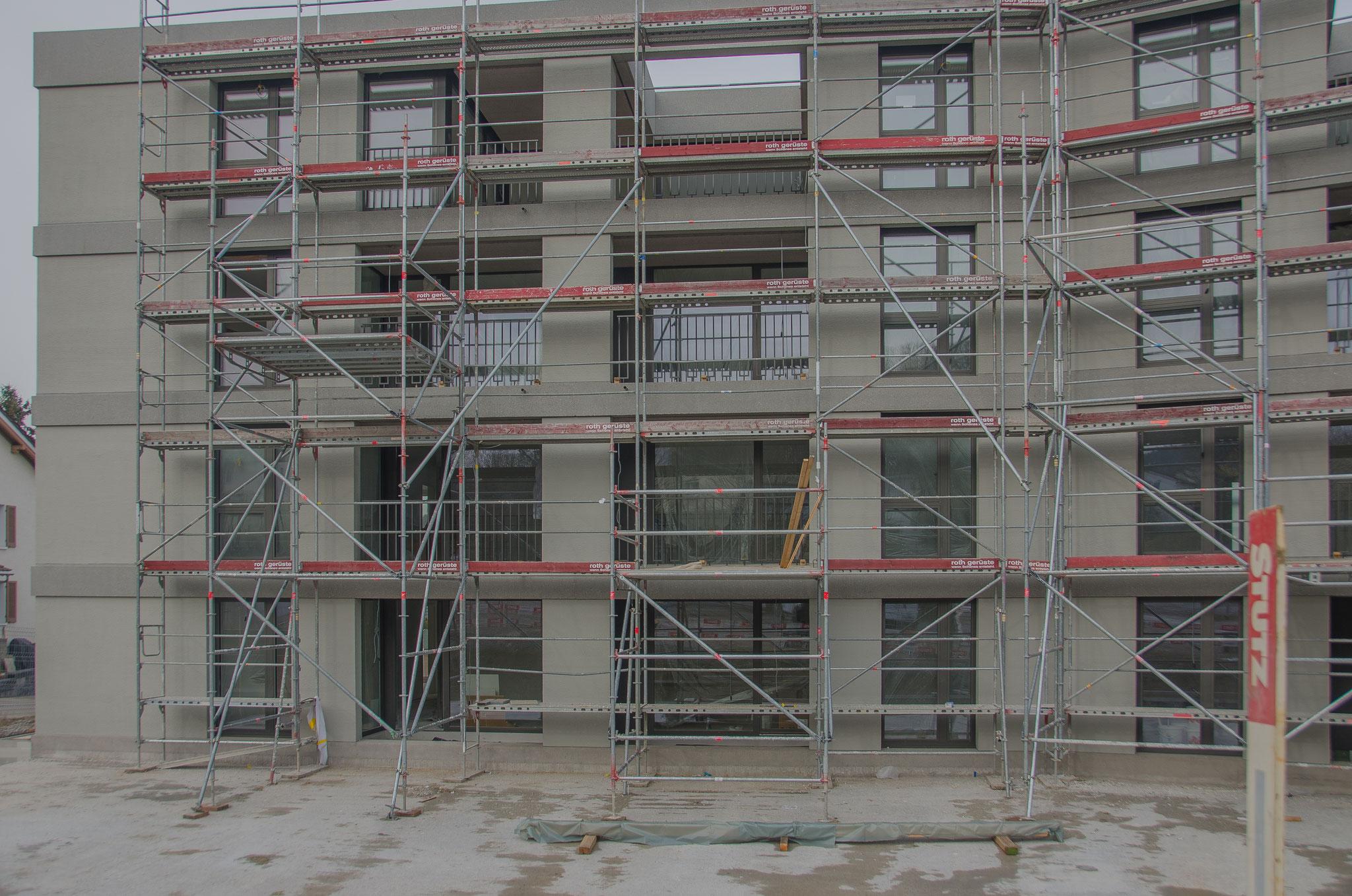 20. Januar 2020:  Die Aussenfassaden sind fertig gestrichen, die Geländer der Loggias montiert.