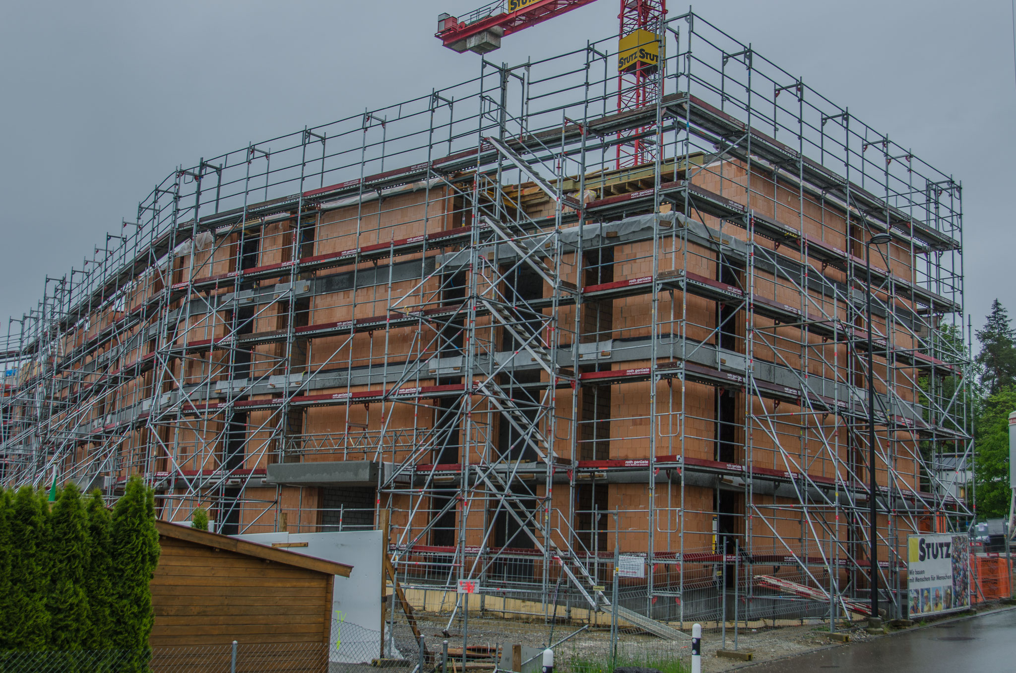 20. Mai 2019: Die Höhe des Gebäudes ist auf der Westseite erreicht, auf der Nordseite  ist ein Teil der Schalung für das Dach sichtbar.