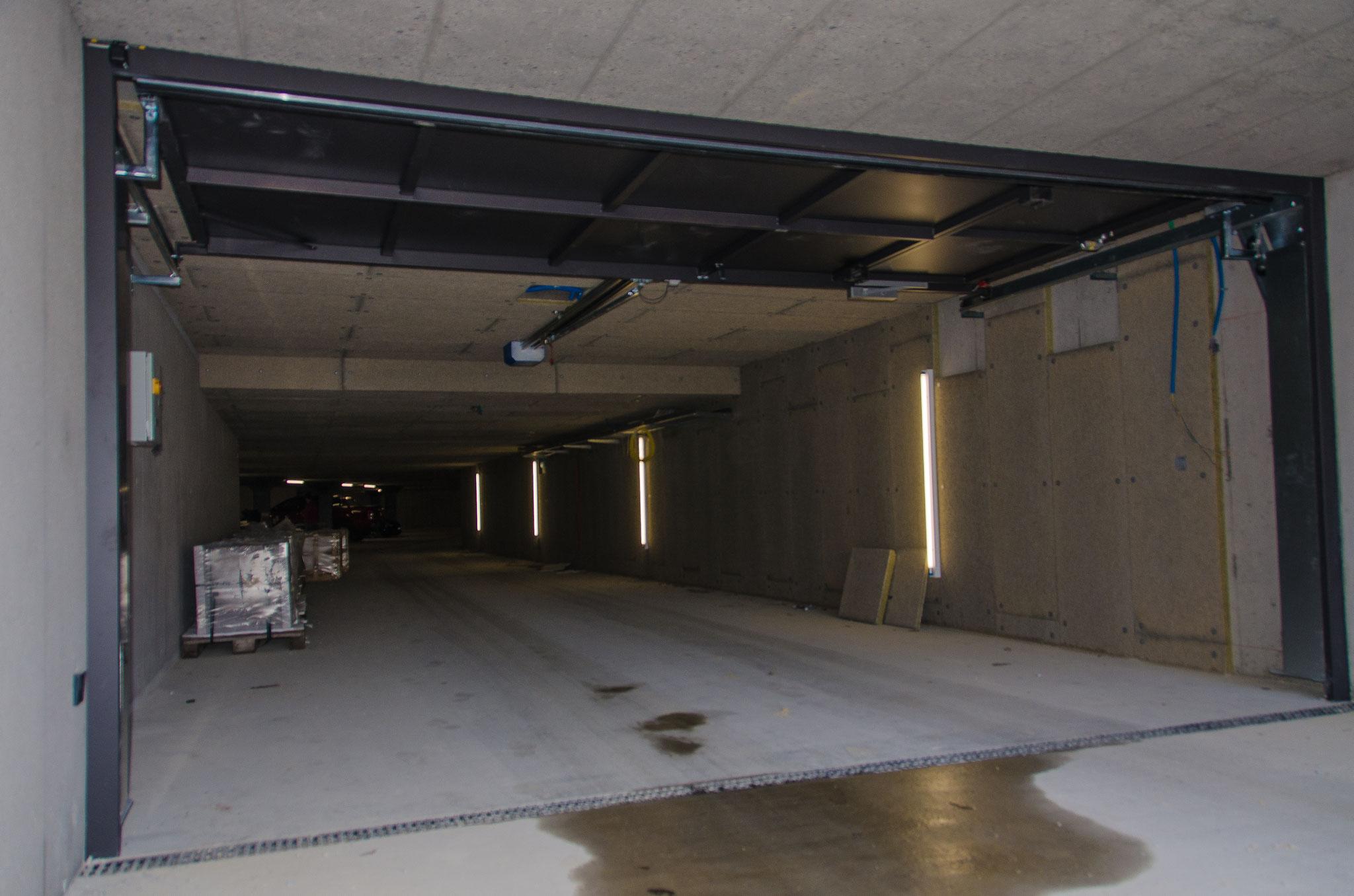 02. März 2020:  Das Garagentor ist montiert, die Tiefagarage ist vorläufig noch für Handwerkermaterial reserviert.