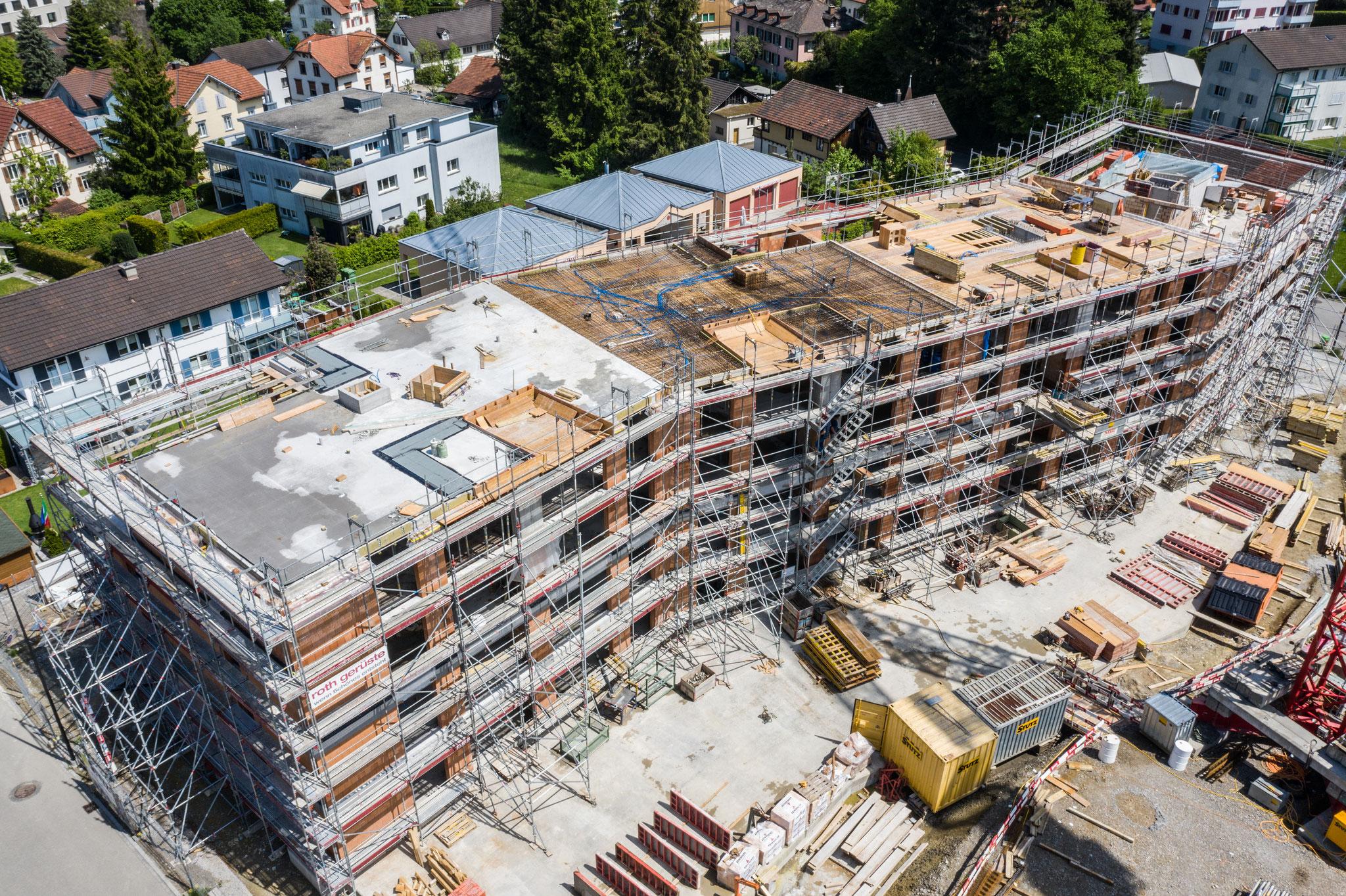28. Mai 2019: Von oben sind die Etappen der verschiedenen Bauabschnitte des Gebäudes sehr gut zu erkennen, im westlichen Teil ist die Decke bereits betoniert, im nächsten Abschnitt ist die Armierung zu erkennen ...