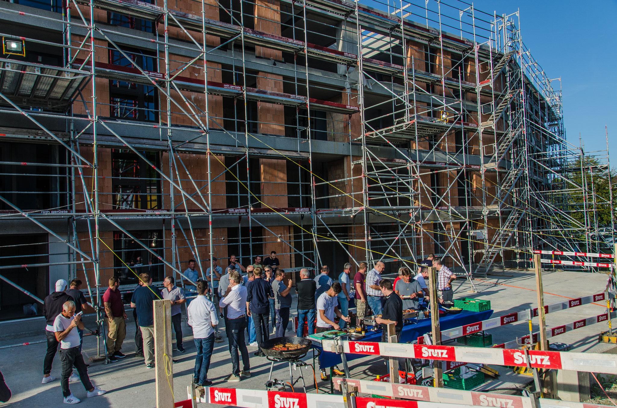 """16.8.19: Mit der Fertigstellung des Rohbaus wurde mit den am Bau involvierten  Mitarbeitenden vom Architekturbüro und Firmen die bis jetzt am Bau beteiligt waren bei schönstem Wetter """"Aufrichte"""" gefeiert."""