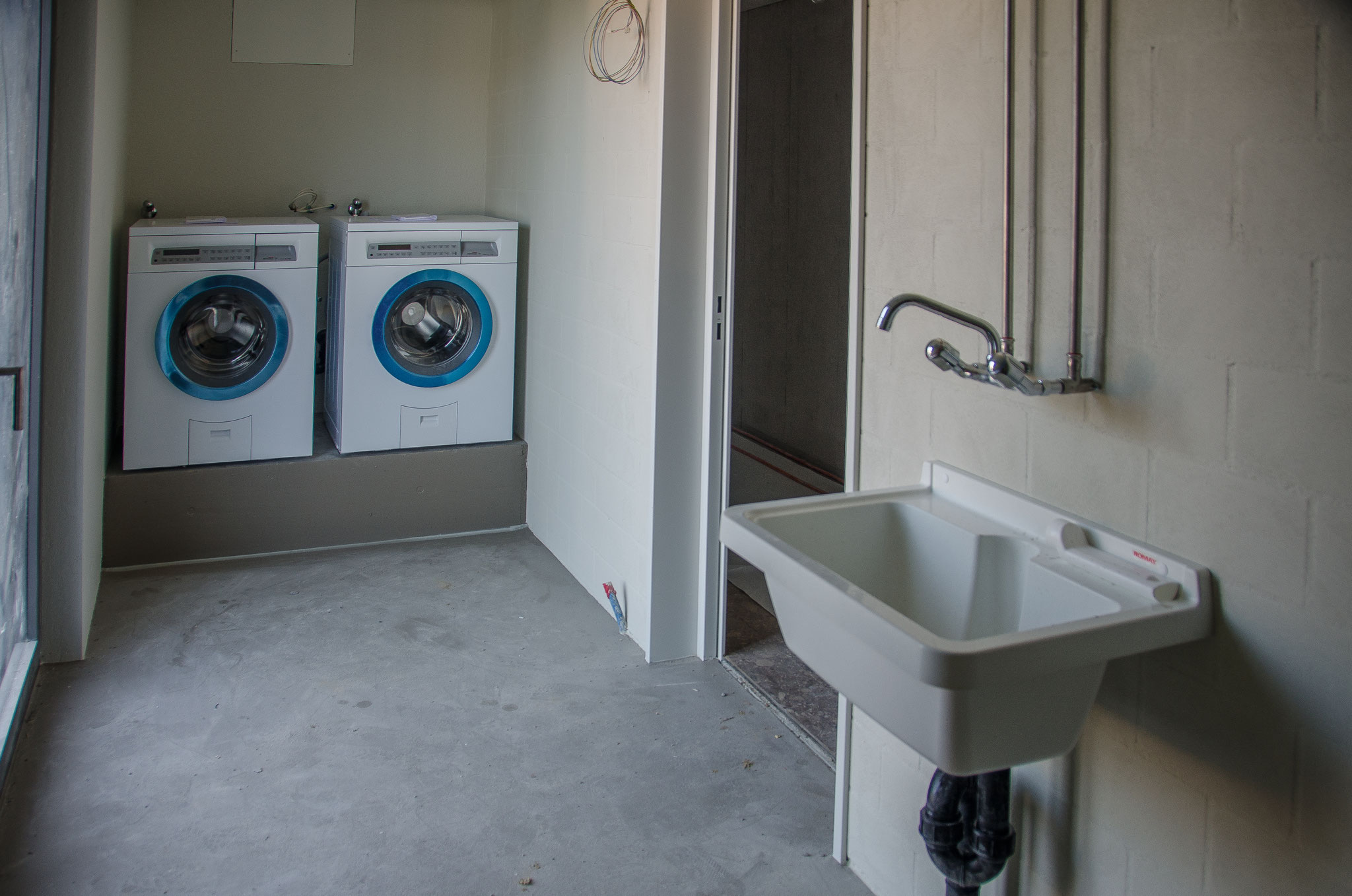 Die Waschmaschinen in den zwei allgemeinen Waschküchen sind montiert, der Trocknungsraum wird eingerichtet.