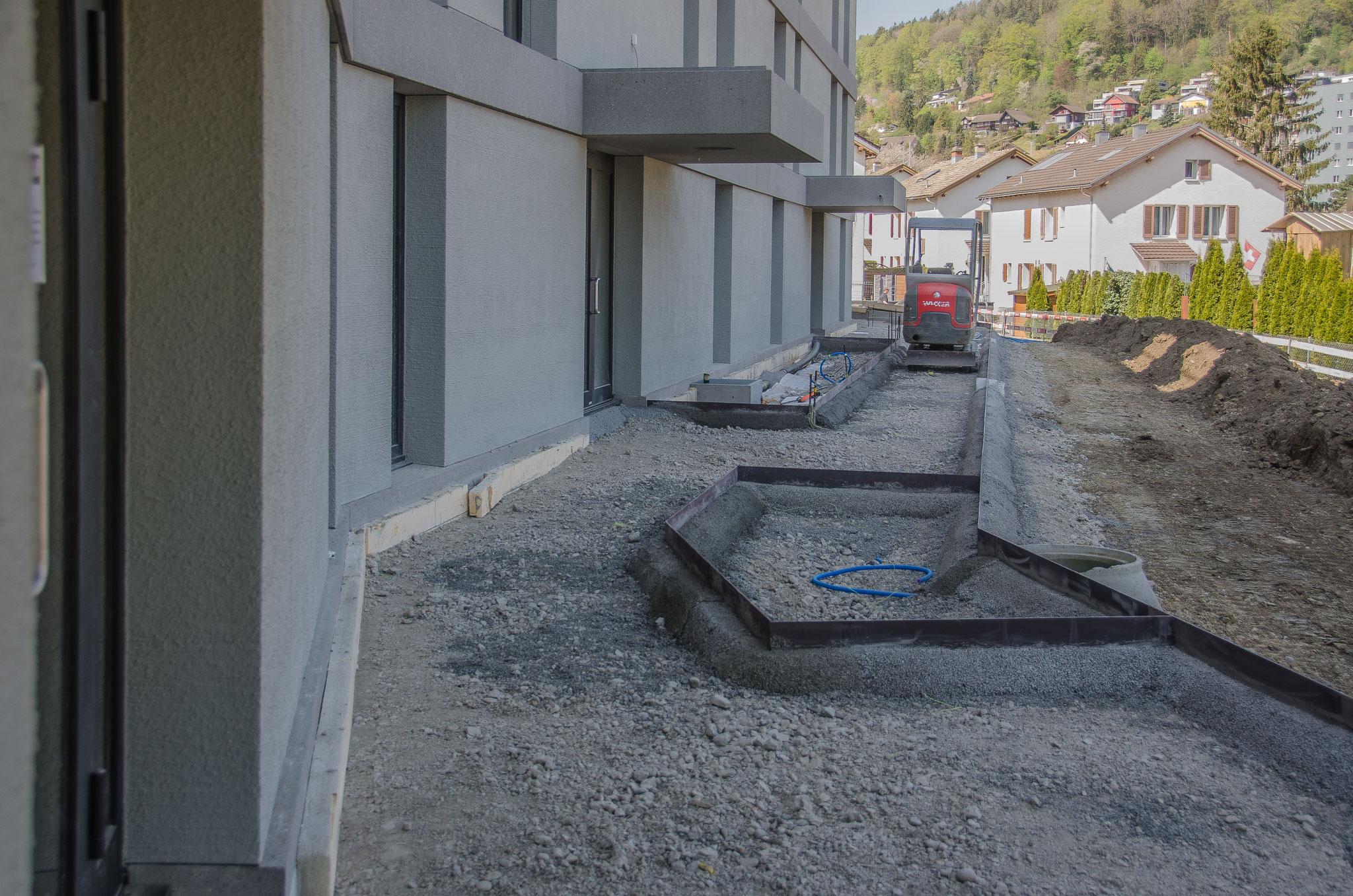 ... und die Vorbereitungen für den Fuss- und Radweg zu den vier Treppenhäusern der auch von der Neuheimstrasse aus begangen werden kann, sind bereits fortgeschritten.