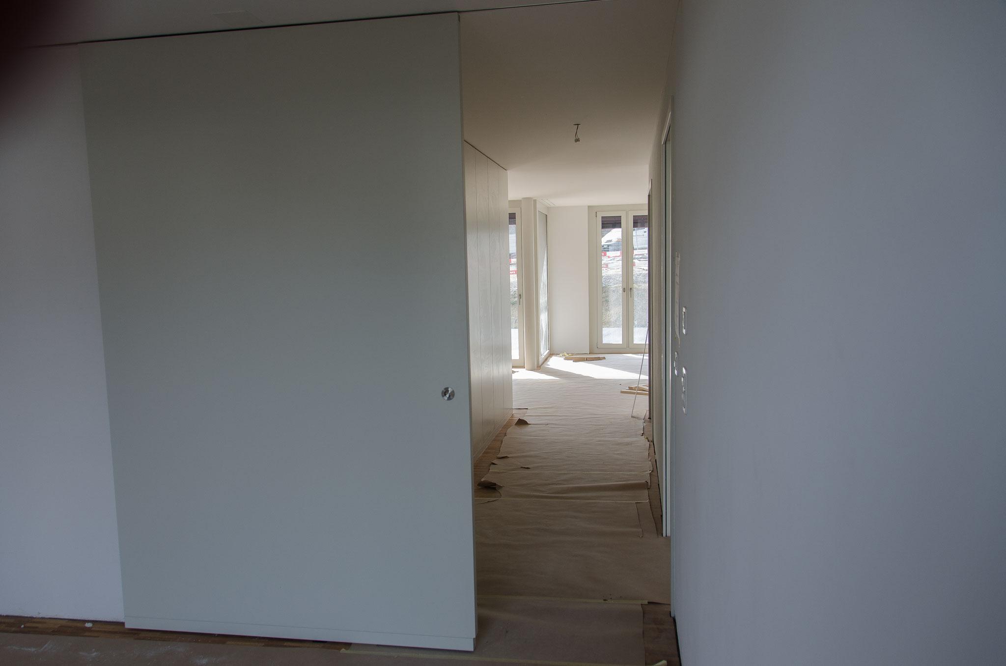 Die Wandschränke im Eingangsbereich sowie die Schiebetüren zum nördlich gelegenen  Wohnraum sind in den ersten Wohnungen montiert.