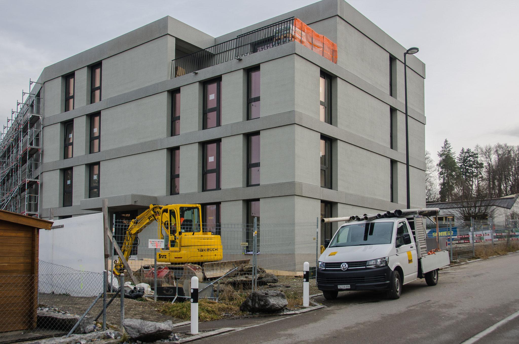 Beim westlichen Teil des Gebäudes ist das Baugerüst bereits demontiert und gibt den Blick auf einen Teil der Fassade frei.