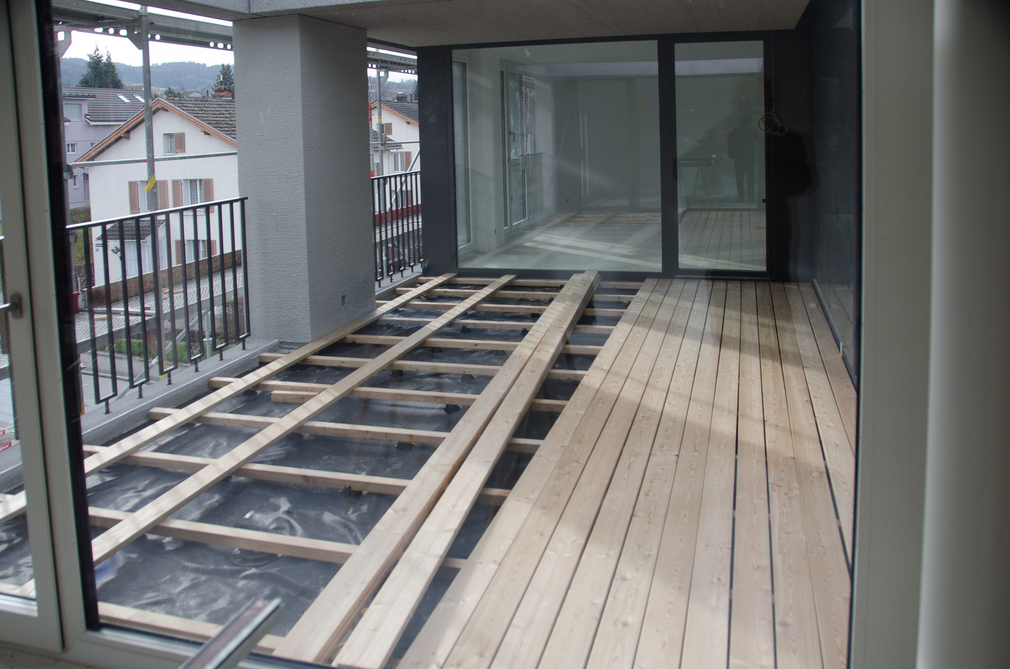 Auf der Südseite werden die ersten Holzböden der Loggias verlegt.