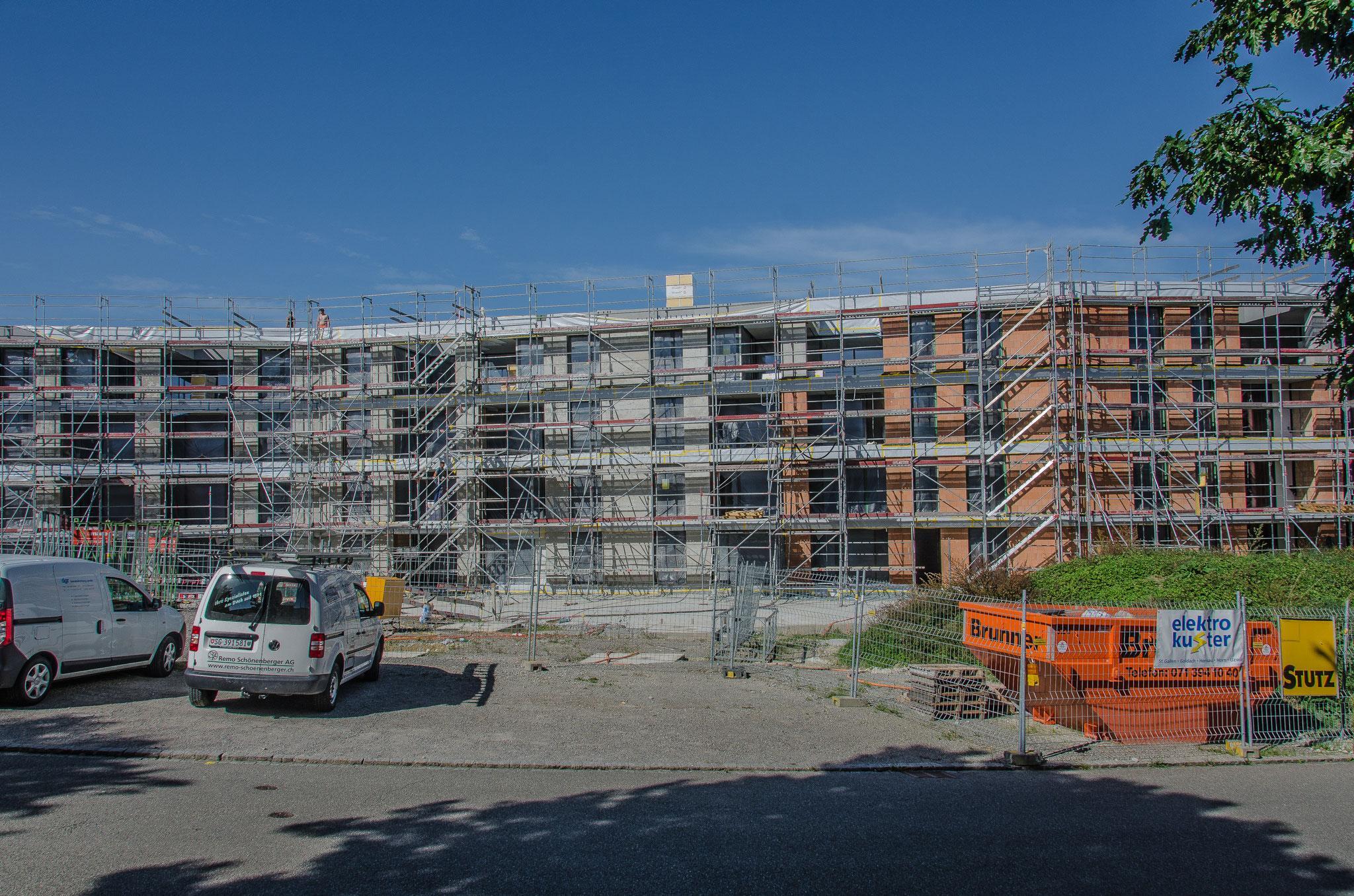 16. September 2019: Die Baustelleninfrastruktur der Baufirma ist abgeräumt.  Die Fenster sind fertig montiert, der Grundverputz ist bis auf wenige Quadratmeter angebracht...