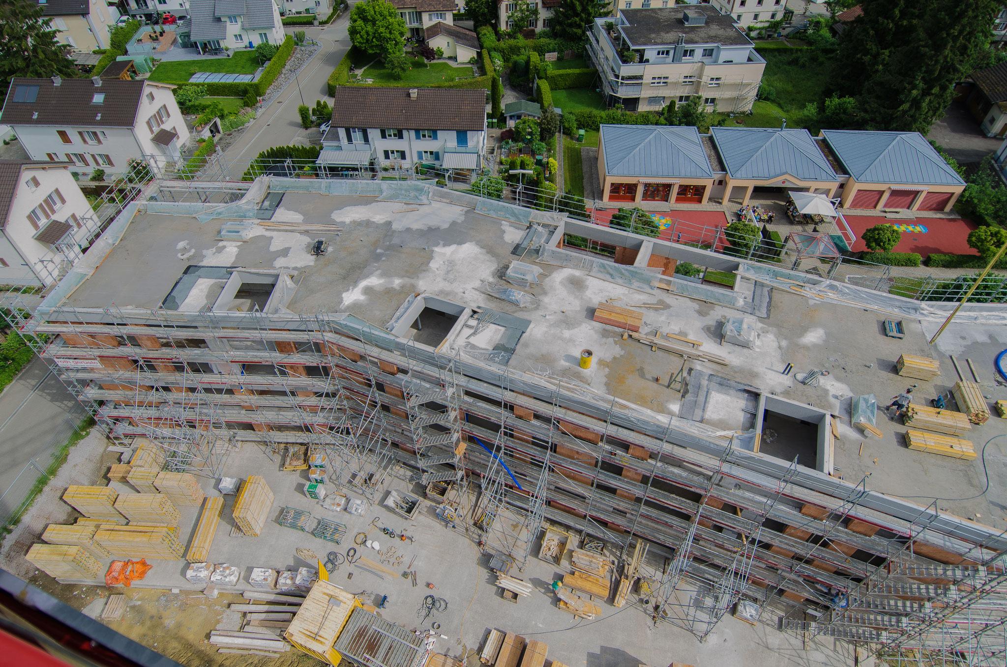 21. Juni 2019: Das Dach ist nun auf der ganzen Fläche betoniert. Schön zu sehen sind die teilgedeckten Loggias auf der Südseite und die offenen auf der Nordseite.