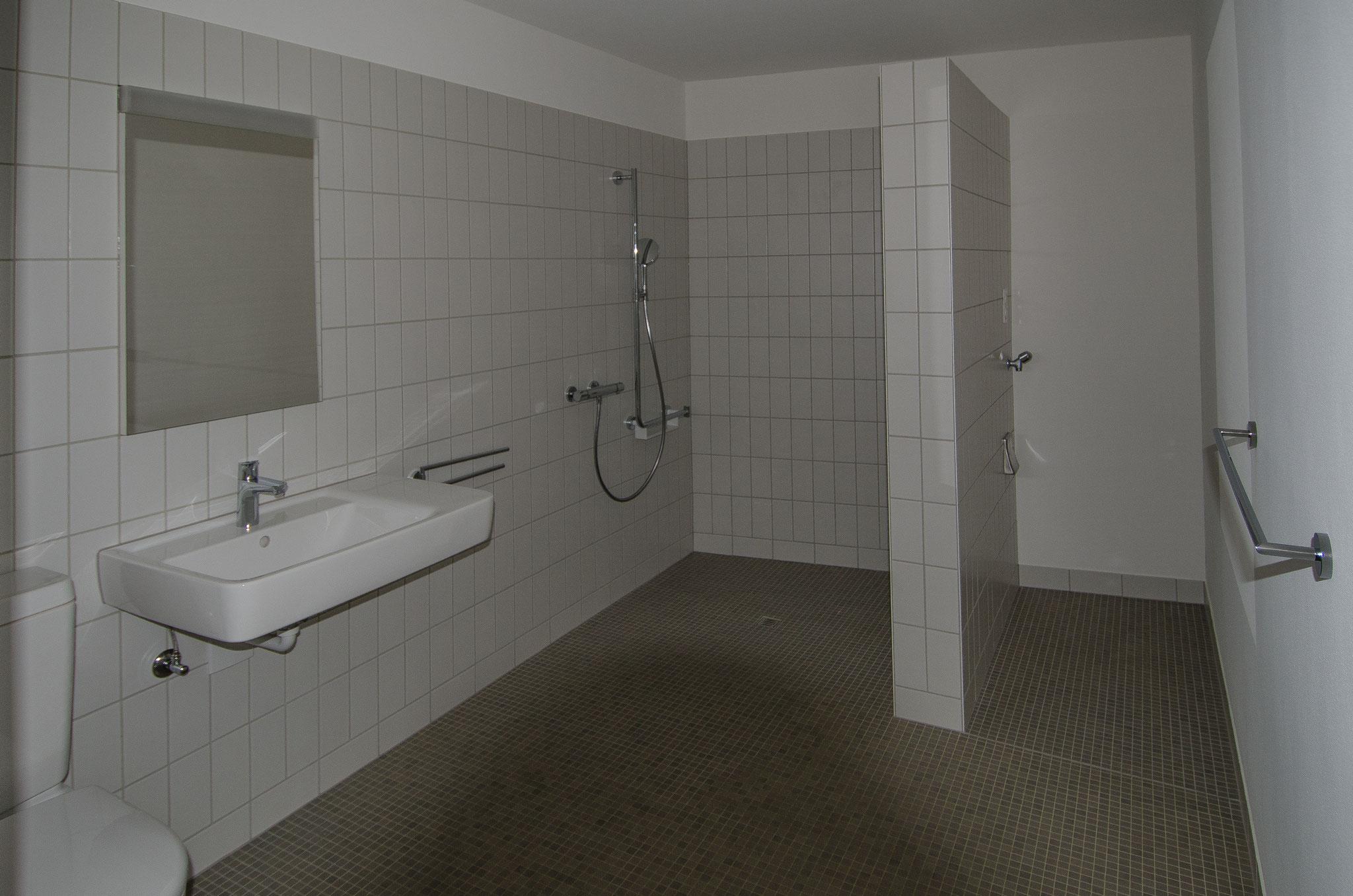 ...und die Badezimmer zeigen sich gereinigt ebenfalls freundlich. Der Duschvorhang in weiss wird in diesen Tagen installiert.