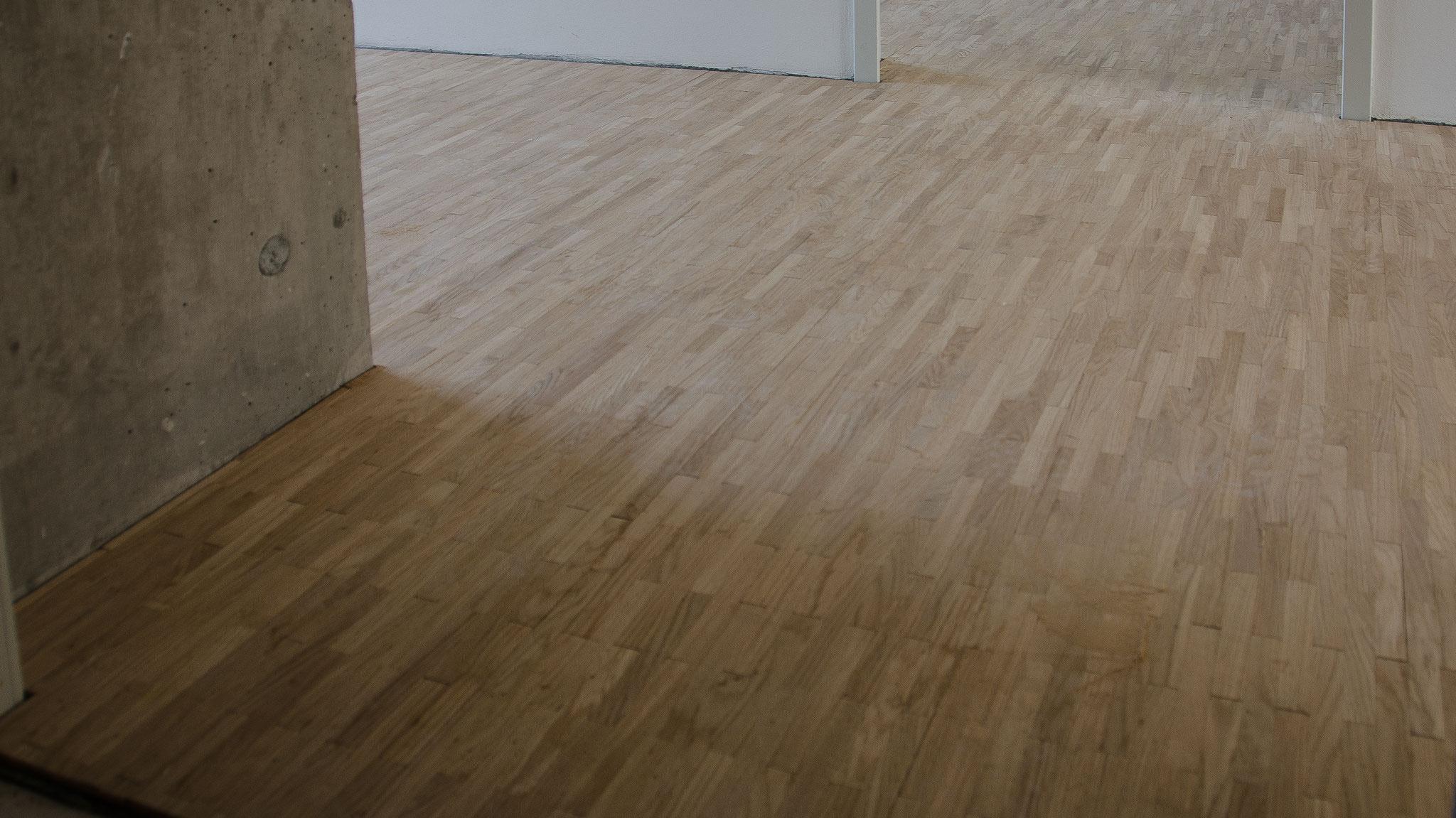 In den Wohnungen wurde mit dem Verlegen der Parkettböden begonnen. Die Böden werden noch geschliffen und geölt und erhalten so eine etwas dunklere Farbe.