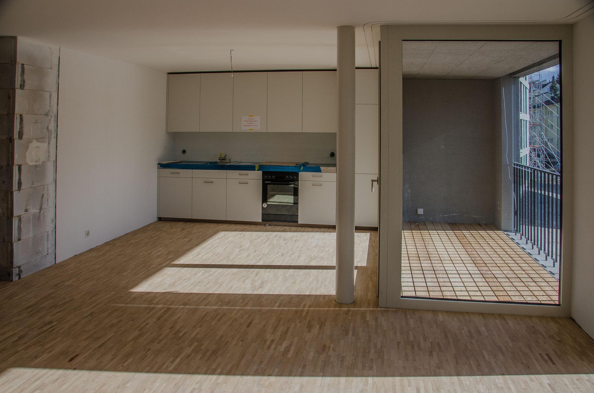 Die Ansichten vom Wohnraum zu Küchen und Loggias zeigen die Sonneneinstrahlung am späten Vormittag.