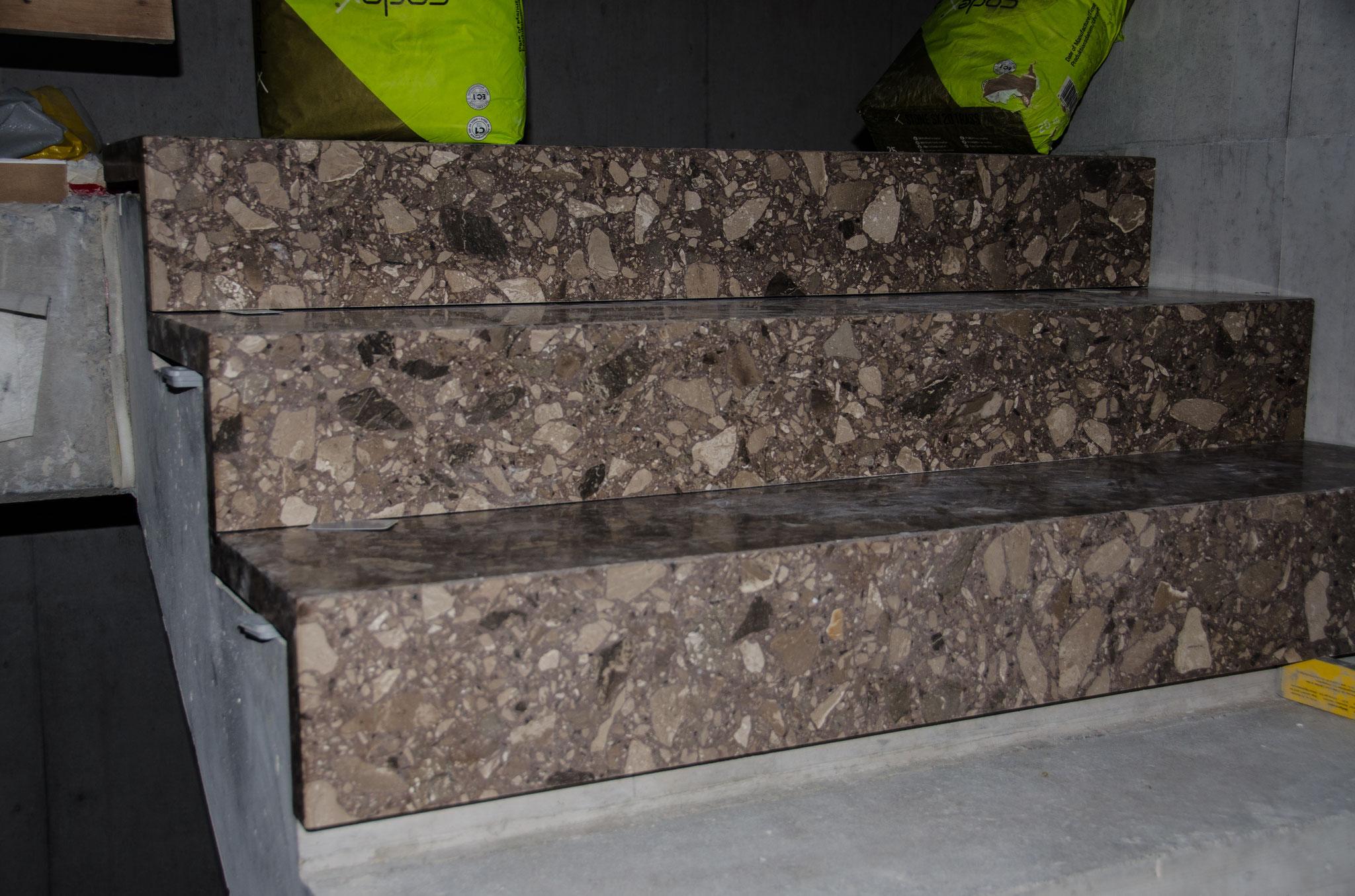 In den Treppenhäusern wurde mit dem Einbau der Bodenplatten begonnen.