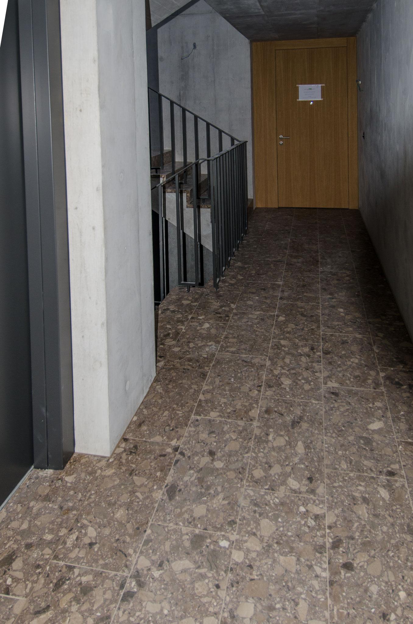 Die vier Treppenhäuser sind bis auf die hölzernen Handläufe bis zur Schlussreinigung ebenfalls fertiggestellt.