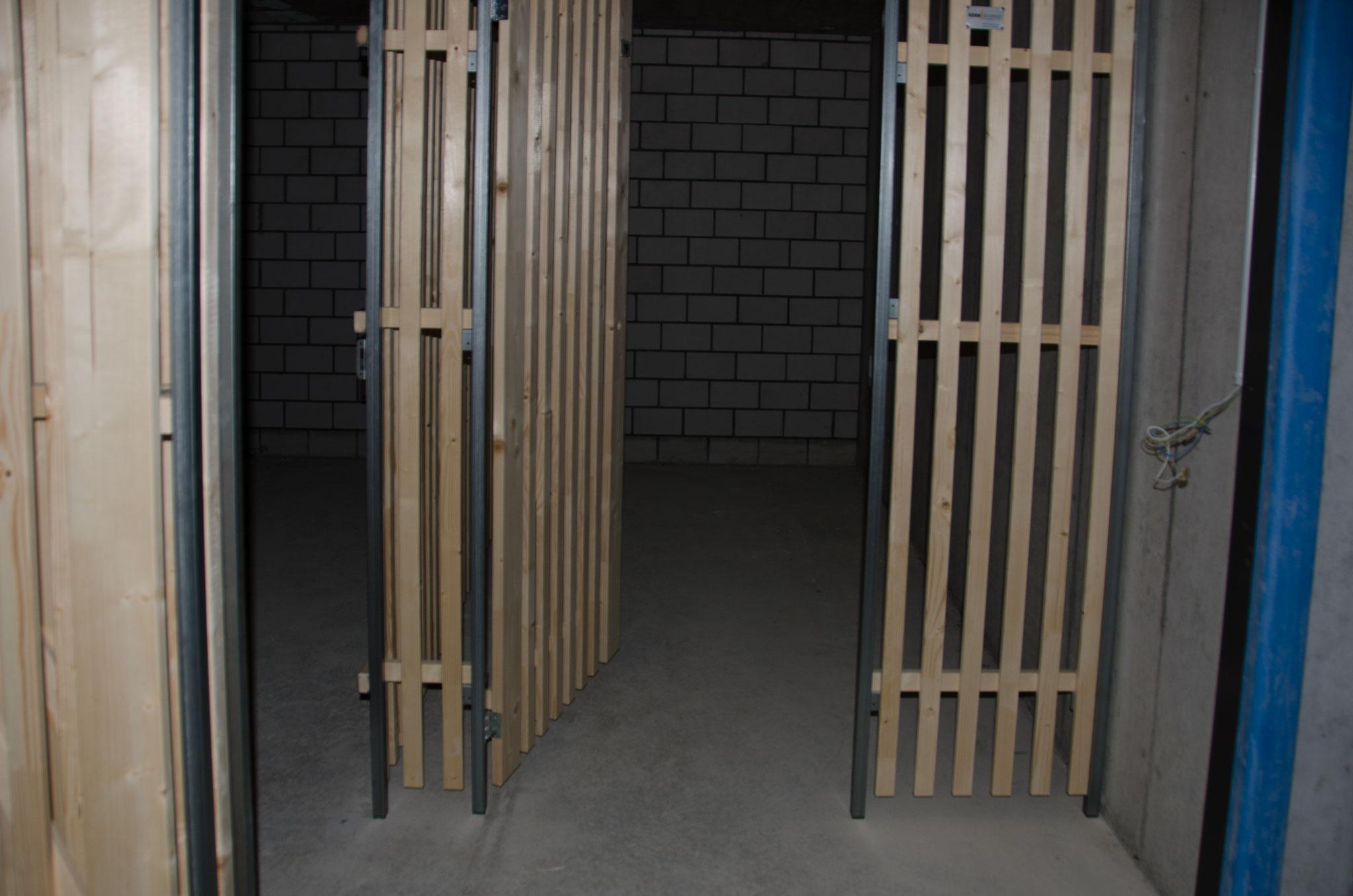 Die Kellerabteile für die 2½ - und 3½ -Zimmerwohnungen im Untergeschoss sind montiert.