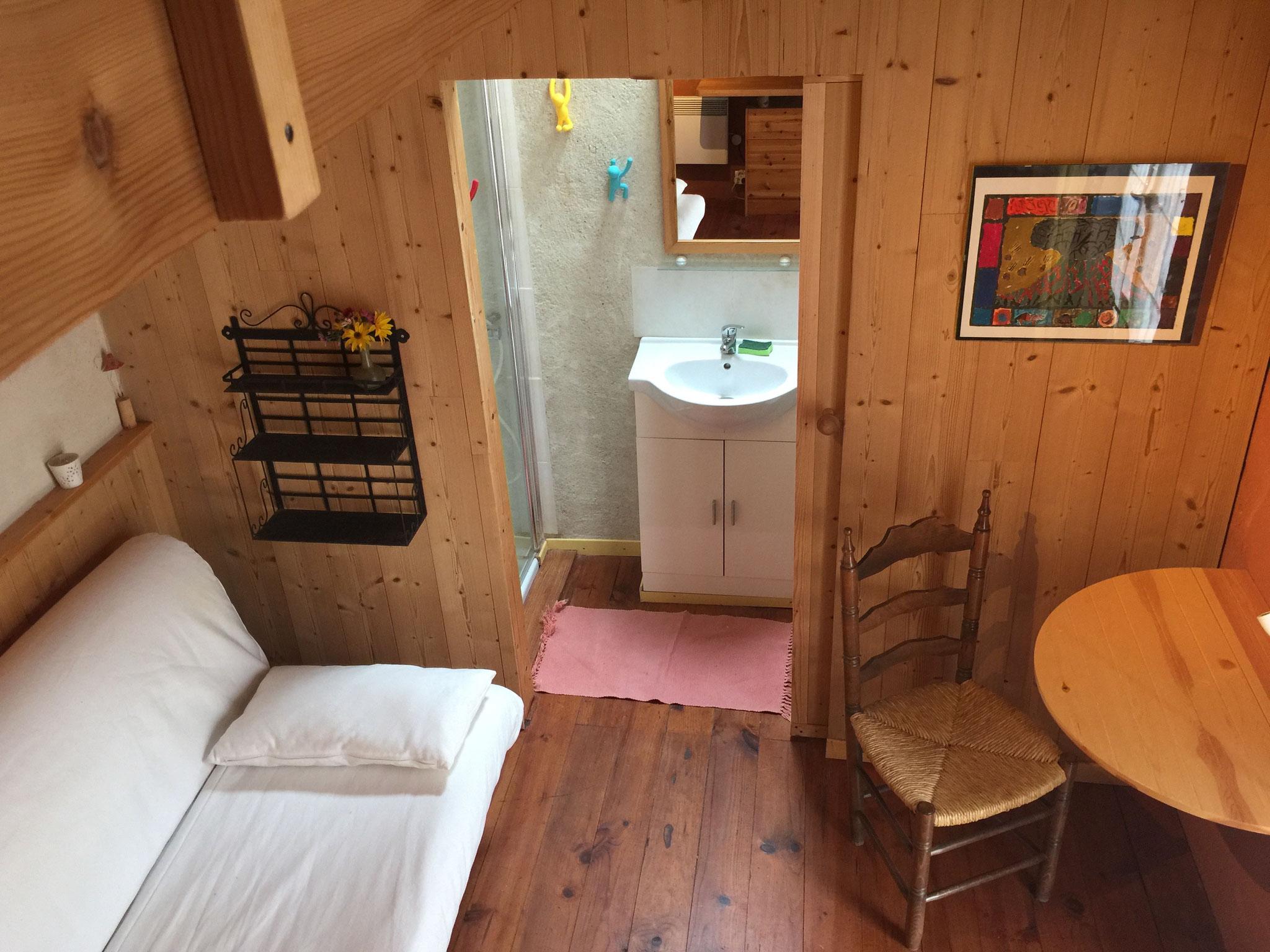 la petite chambre du jardin avec douche et sanitaire privatifs