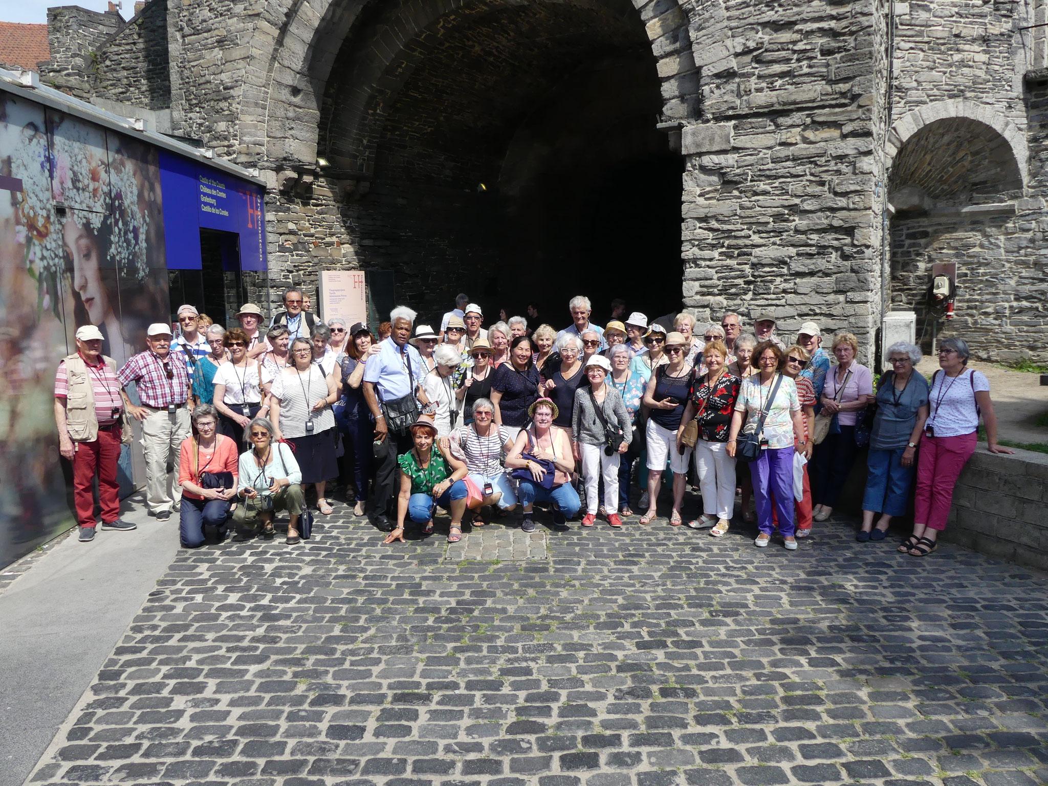Notre groupe devant les remparts du château médiéval des comtes à Gand