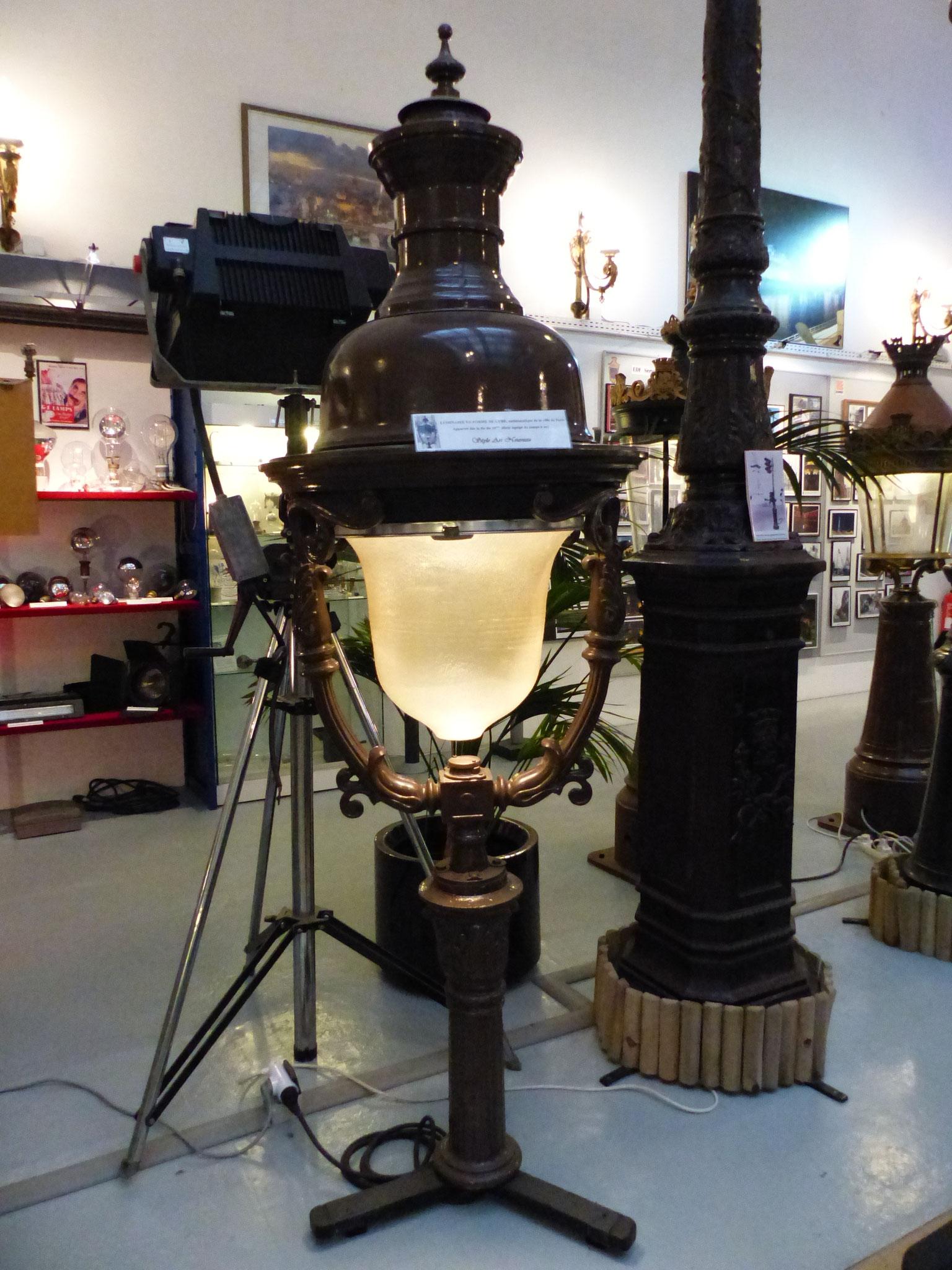 Luminaire en forme de lyre, emblématique de la Ville de Paris - Fin 19 ème