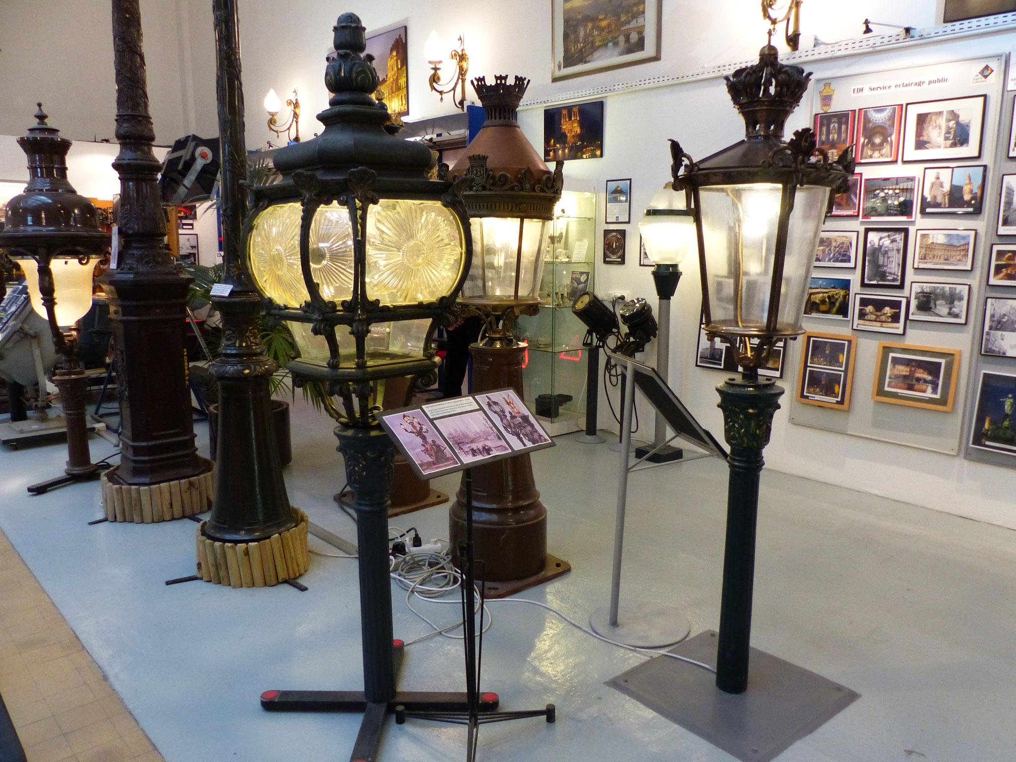 A gauche, lampe en bronze du Pont Alexandre III à Paris