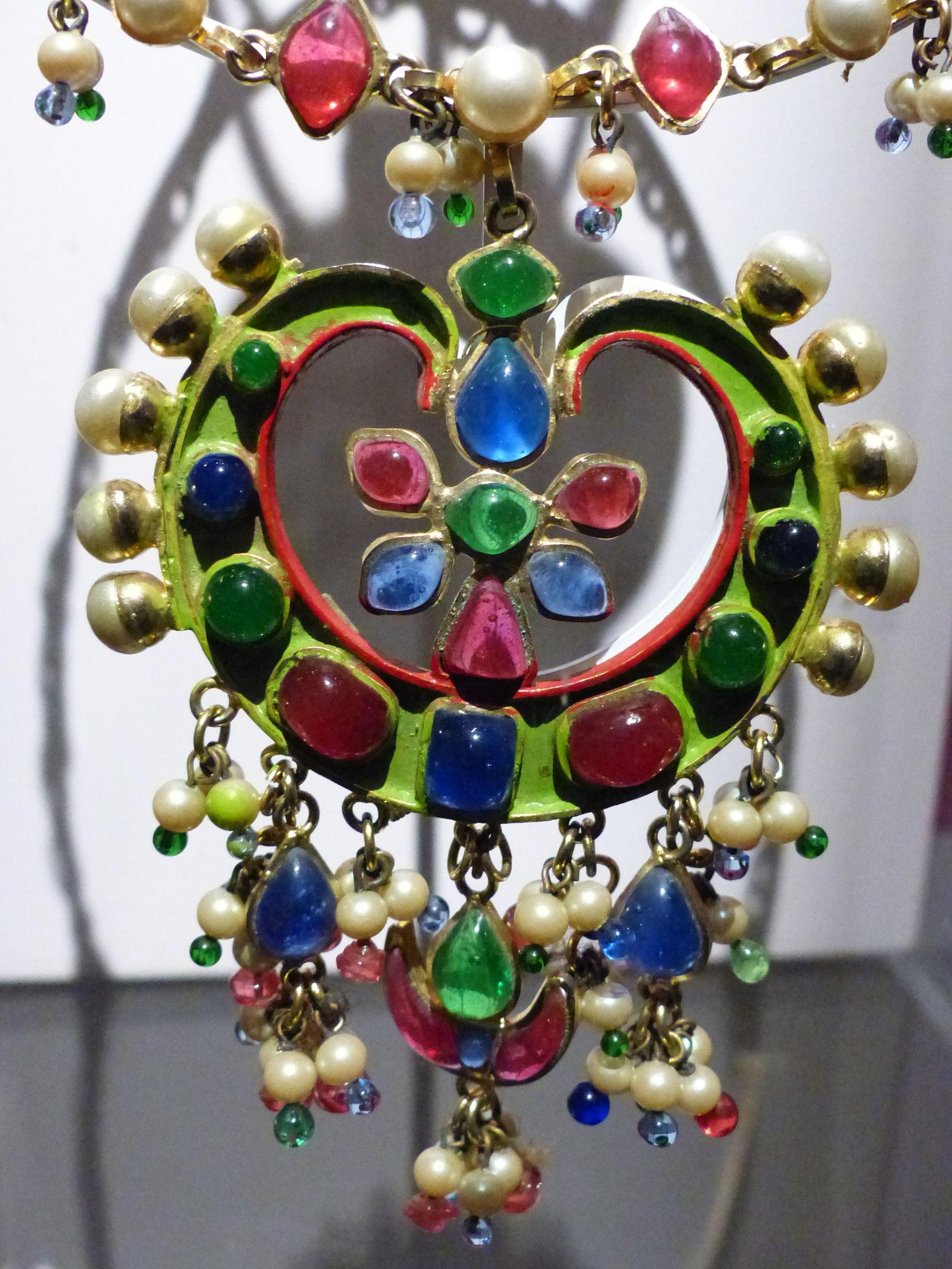 Chaine de métal doré et éléments de pâte de verre et de perles