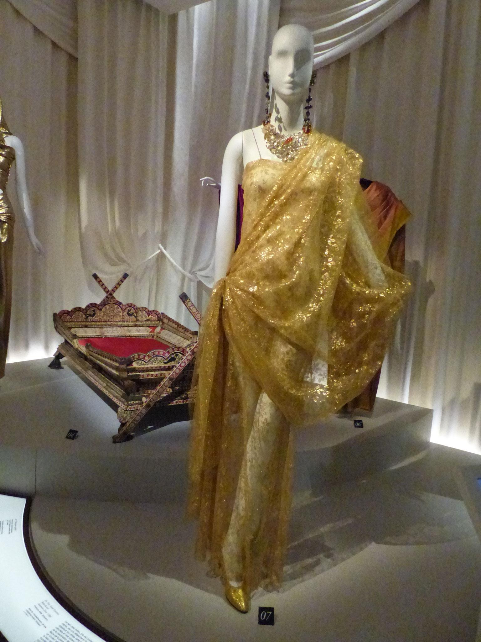 Robe-Sari composée d'un fourreau et d'un drap de dentelle de Chantilly