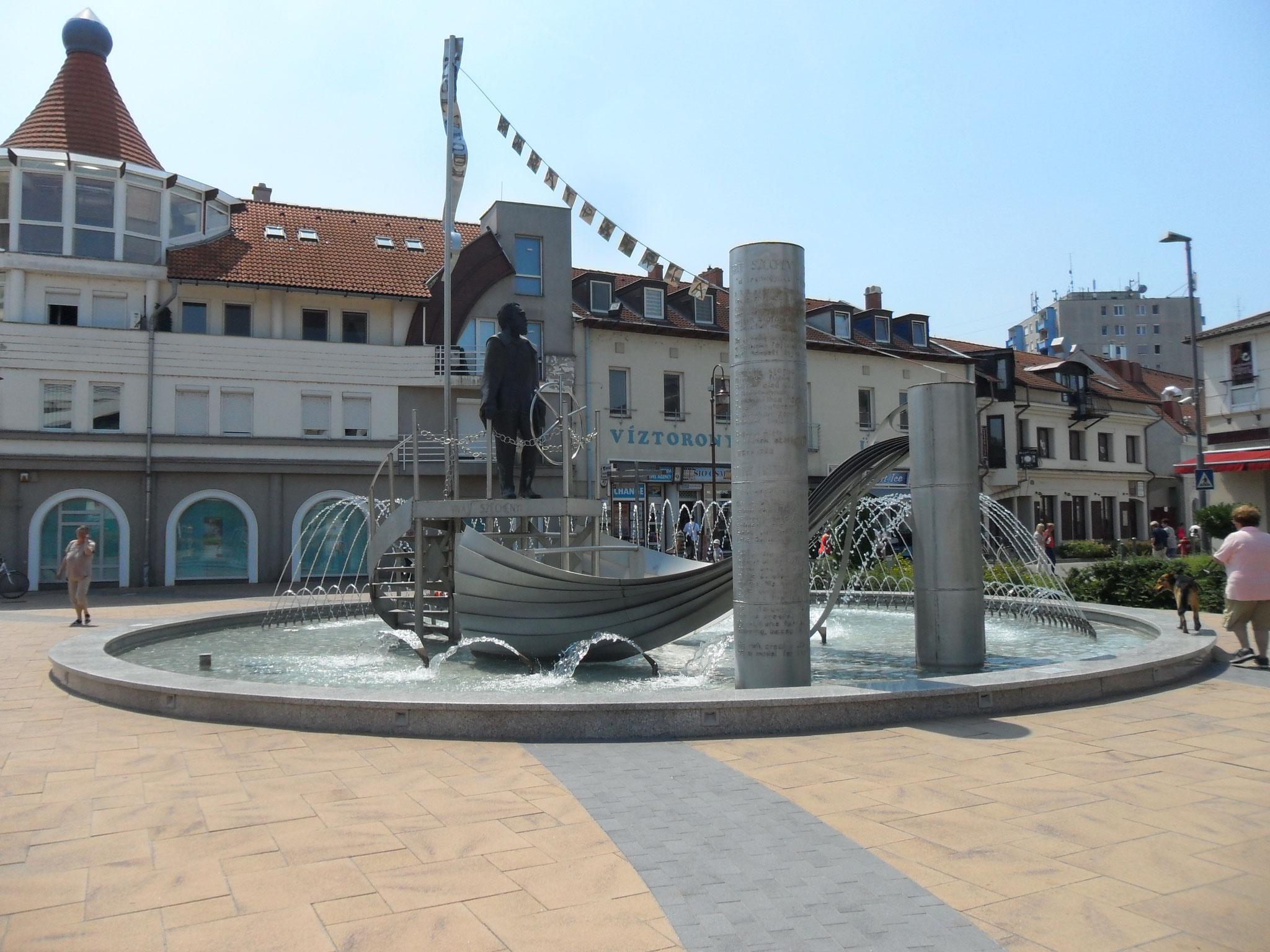 Ein Brunnen im Zentrum der Stadt