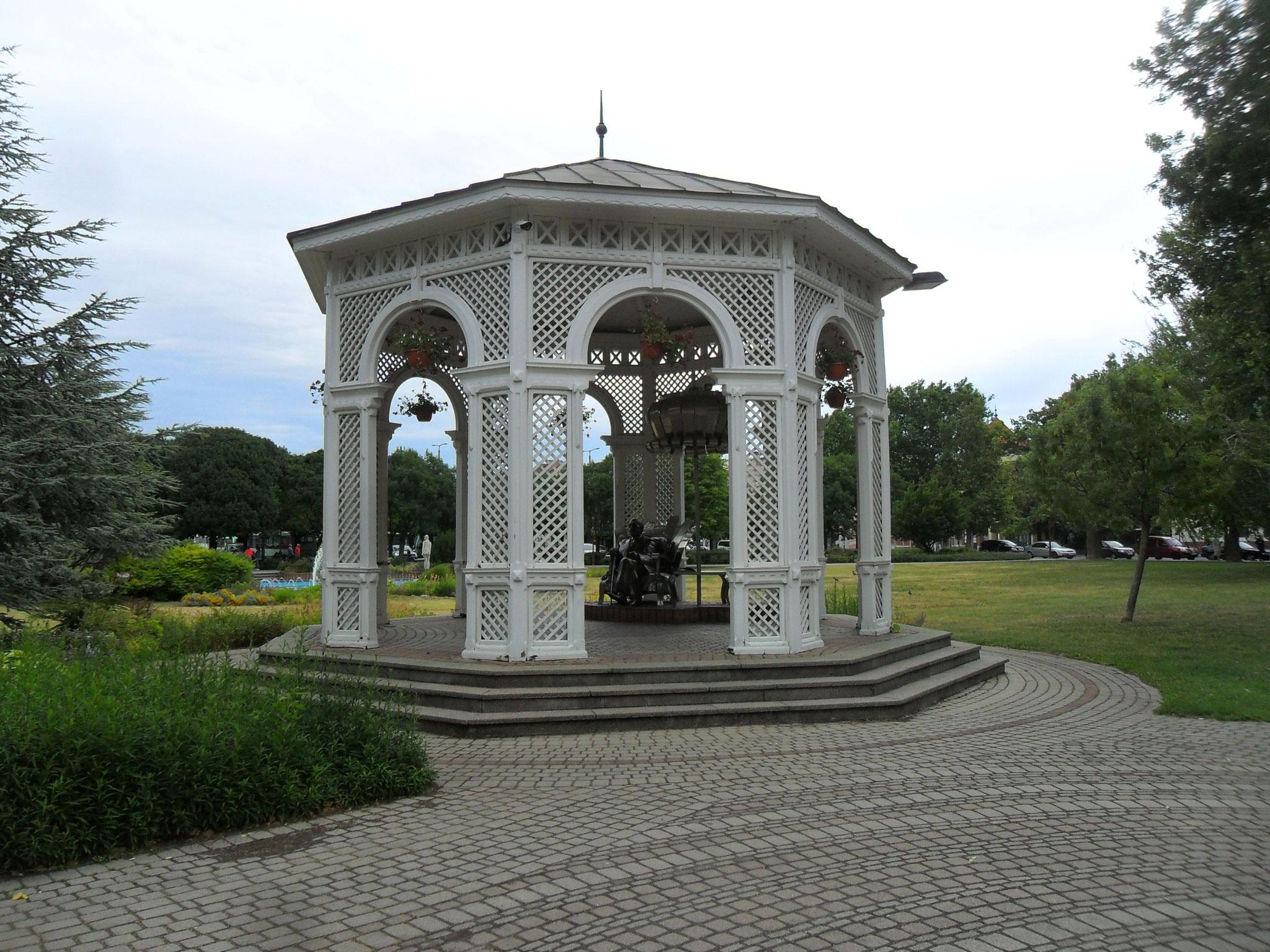 Ein Pavillon im Park vor dem Bahnhof