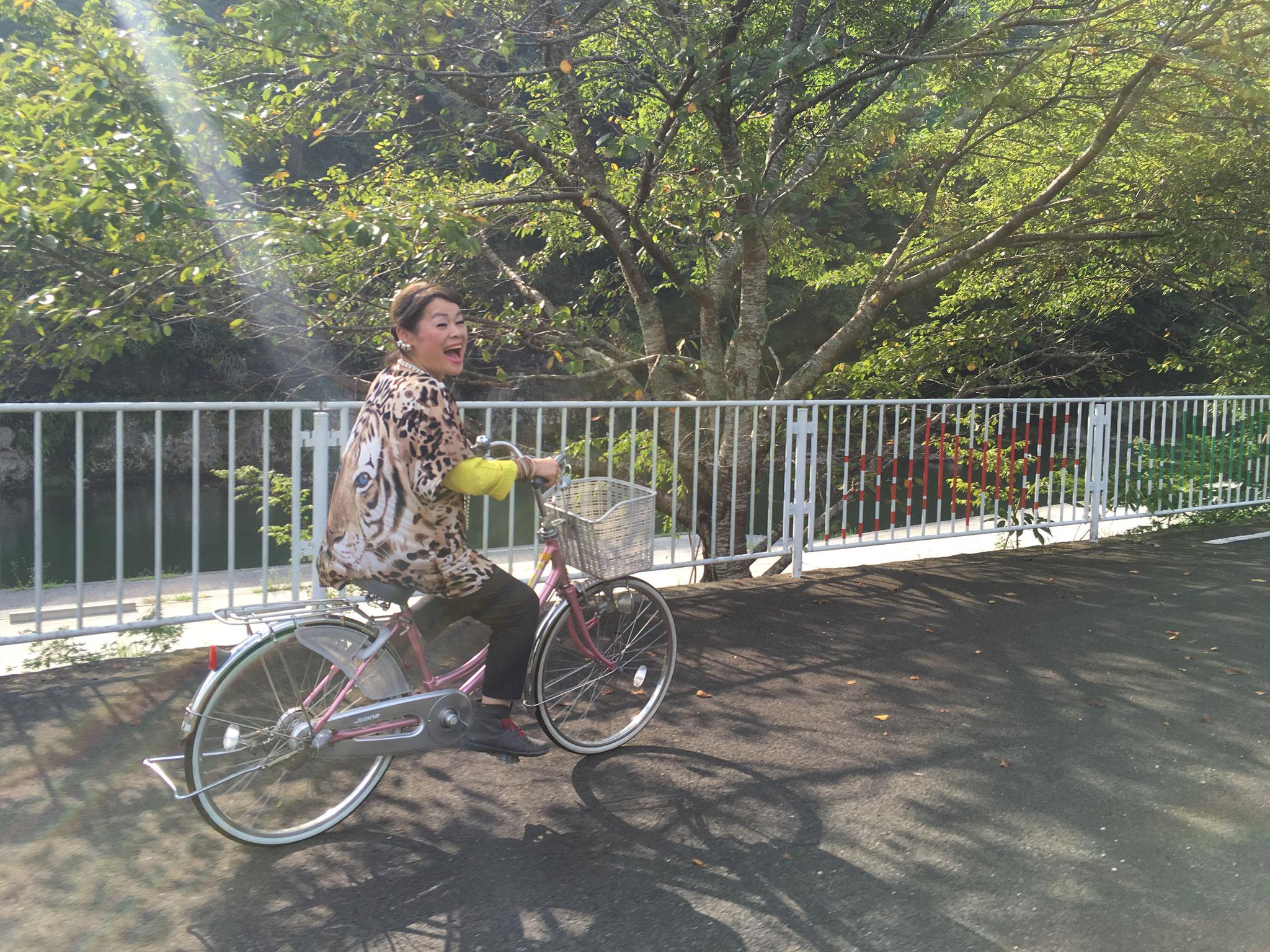 サイクリングを楽しむ有田。