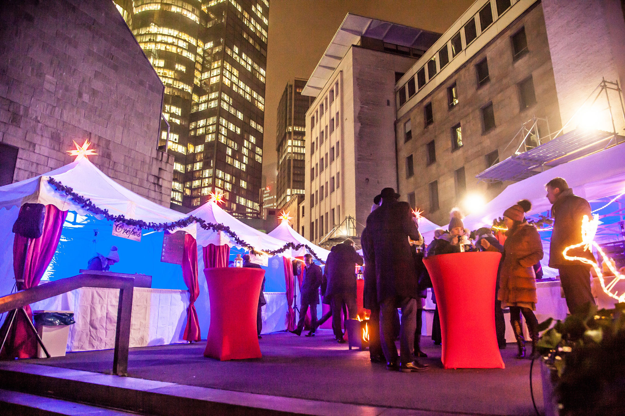 Stylische weisse Pagoden für den weißen Weihnachtsmarkt in Frankfurt