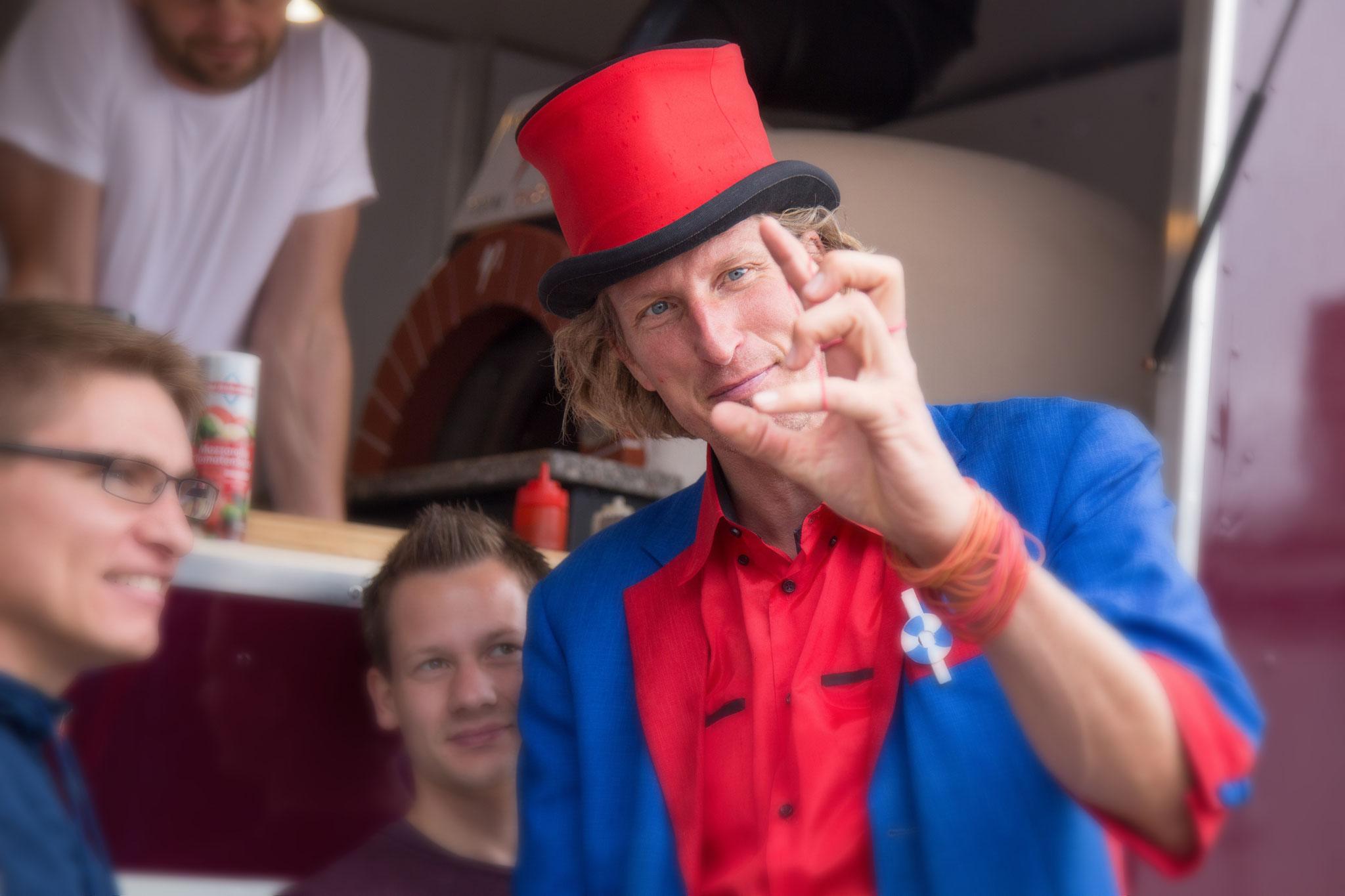<h2> NEU! Das verrückte Weihnachtsdorf </h2> Ein cooler Zauberer sorgt bei den Gästen für erstaunte Gesichter.