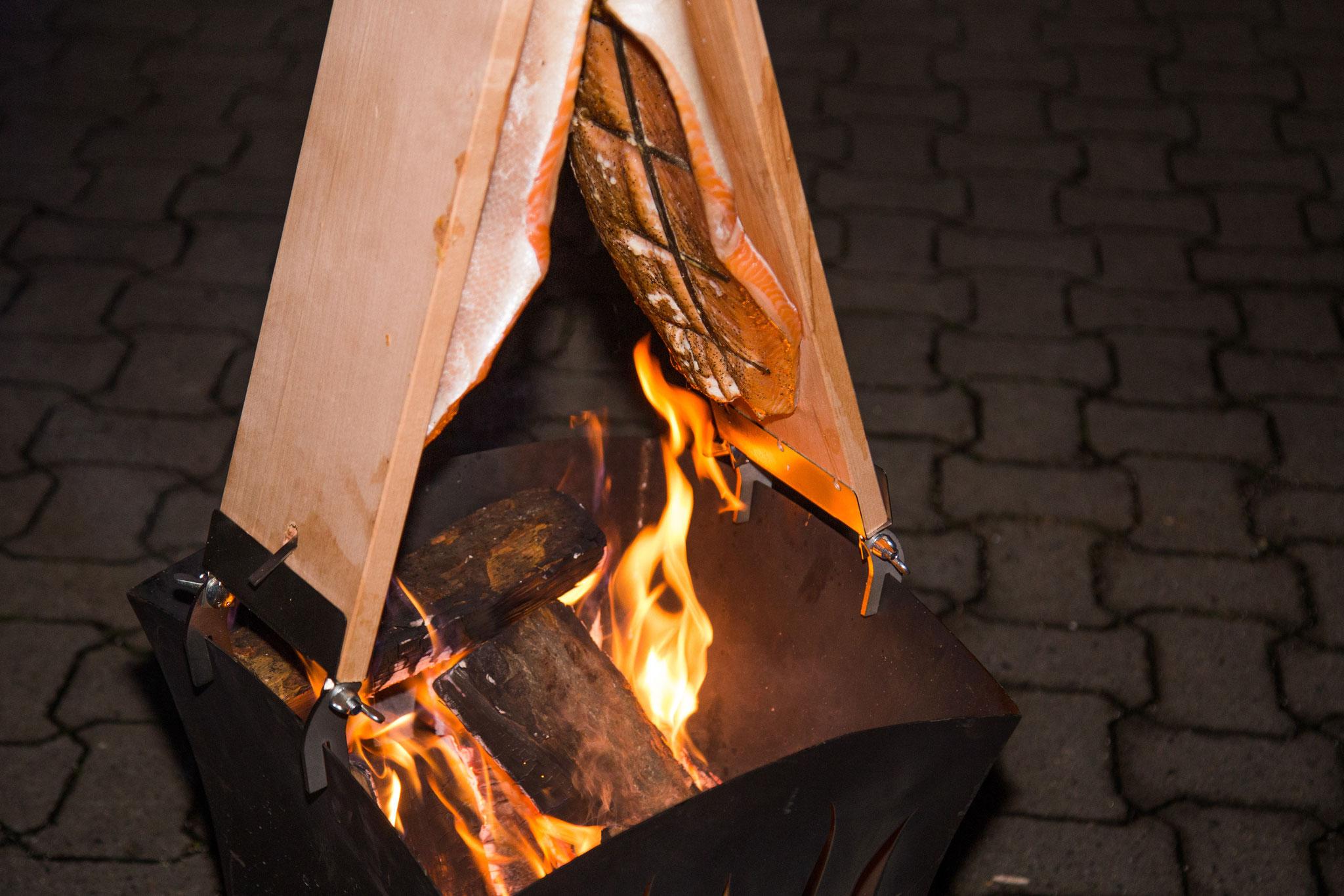 leckerer Flammlachs über dem Feuerkorb