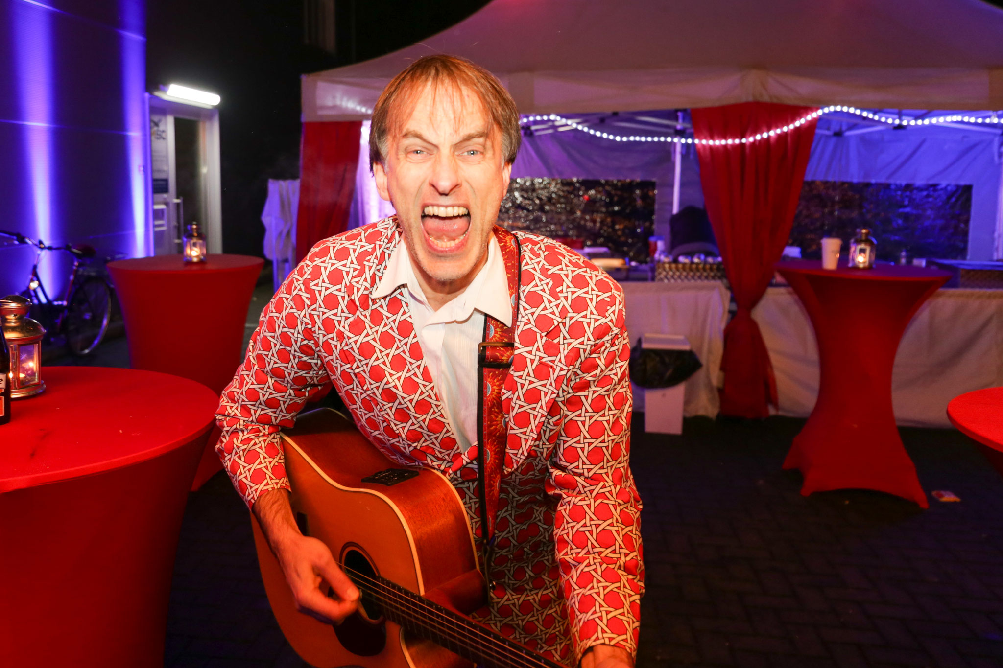 <h2>Der singende Thommy </h2> sorgt mit seiner Gitarre für beste Stimmung!