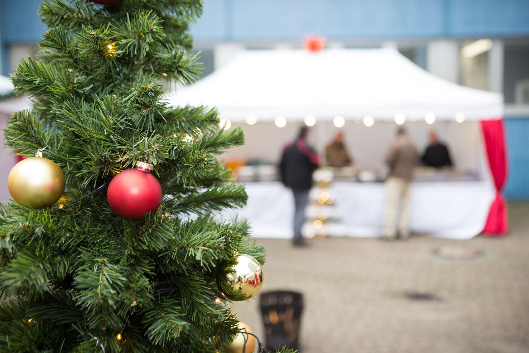 <h2>Tannenbaum mit Kugeln </h2>sorgt auch auf Ihrer Feier in Braunschweig für gute Stimmung!