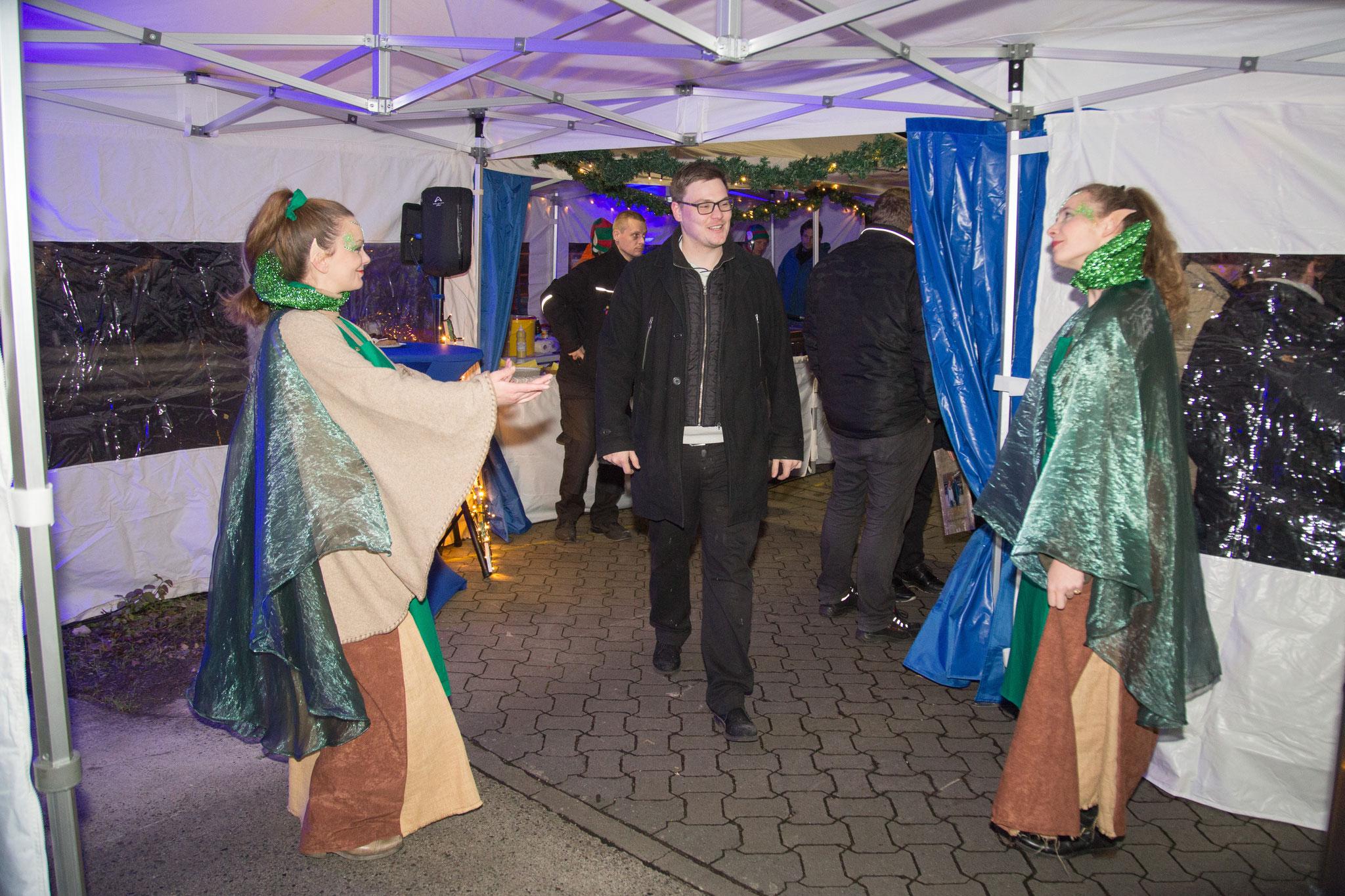 <h2> zauberhafte Elfen </h2>  begrüßen die Gäste
