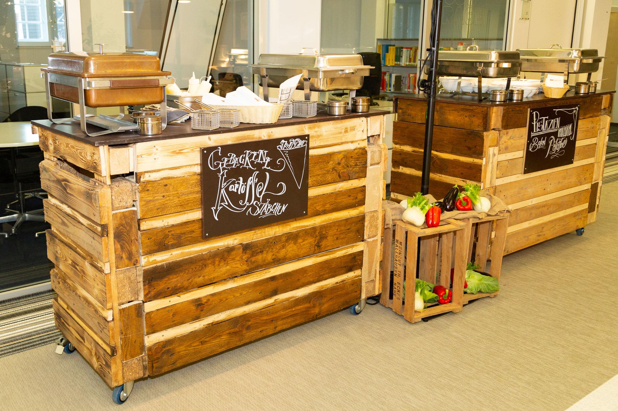 <h2>Unsere rustikale Palettenbars </h2> passen super als Buffetstation für Streetfood