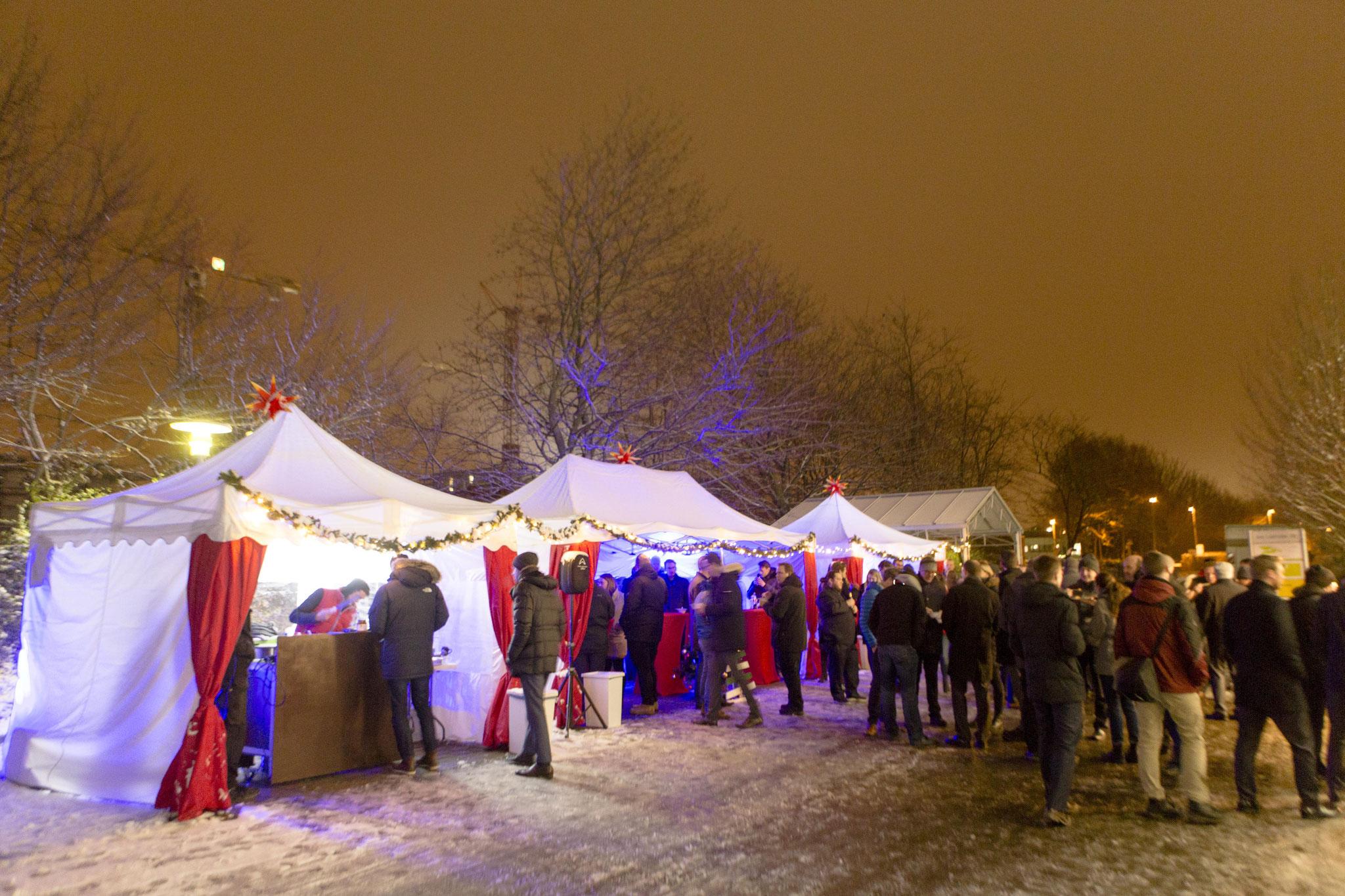 gemütliche Stimmung auf dem mobilen Weihnachtsmarkt mit weihnachtlichen Pagoden