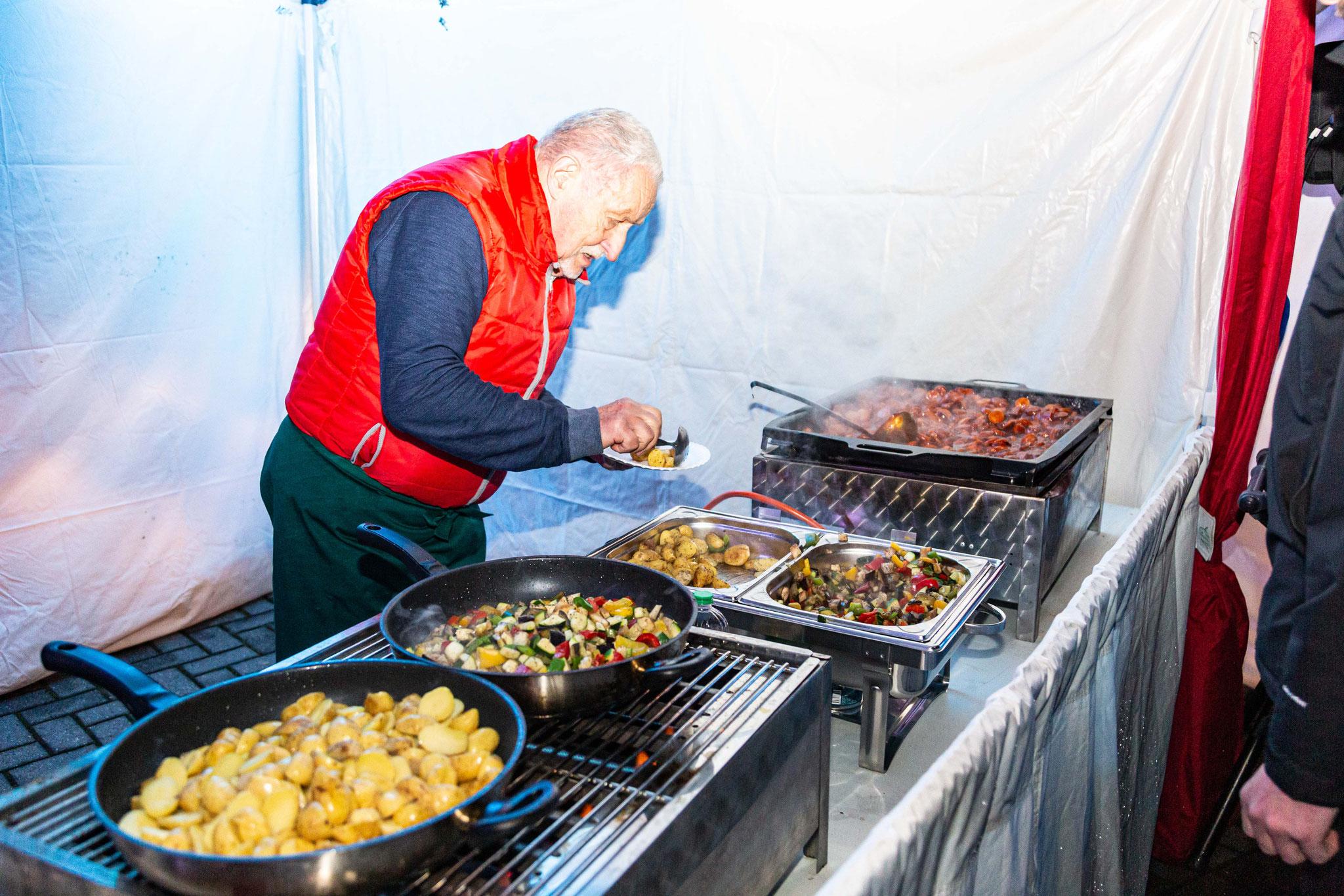 Auf dem mobilen Weihnachtmarkt vom ADAC gint es unser beliebte Grillstation