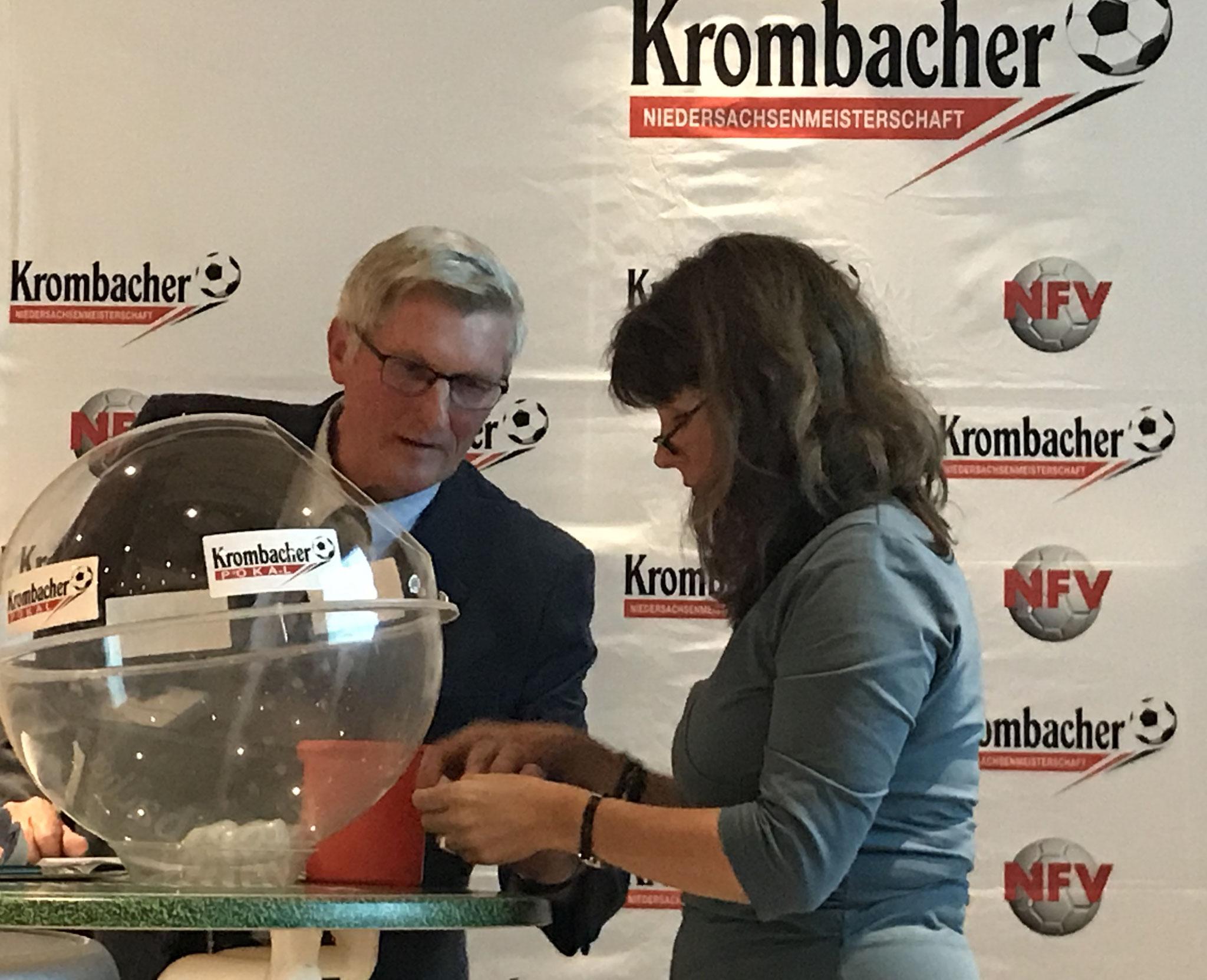 Glücksfee Elke Oelmann und Friedel Gehrke Beauftragter Ü-32 bis Ü-60-Meisterschaften Spielleiter NFV-Altherren