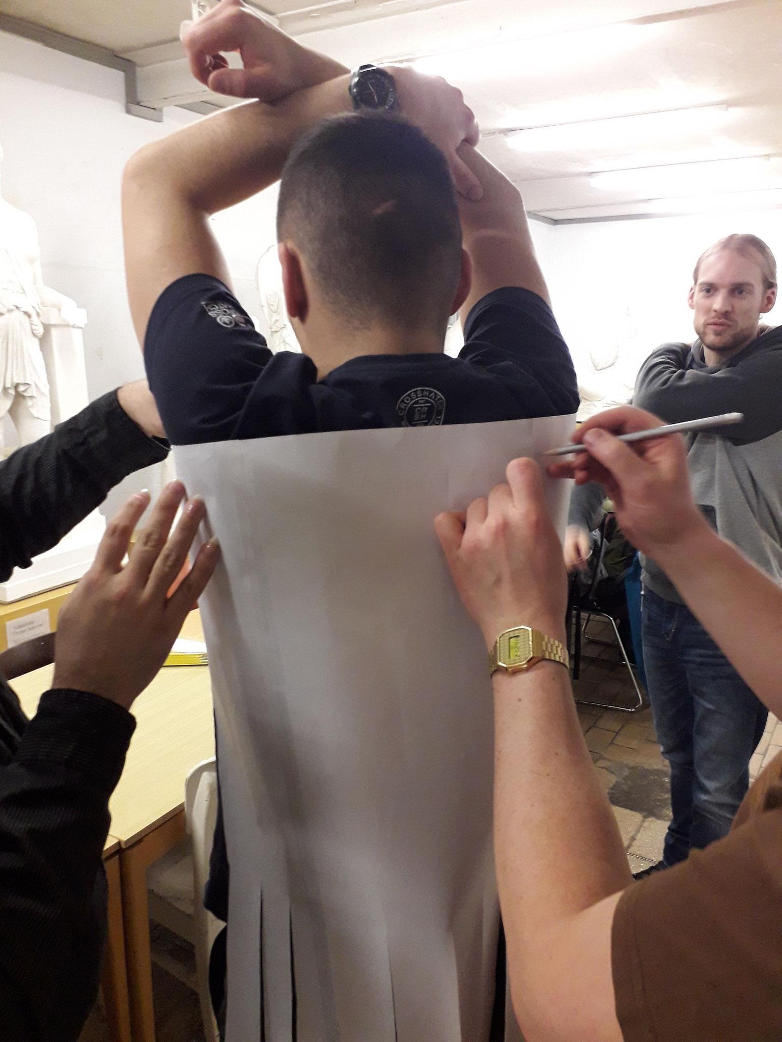 Die Armlöcher wurden am Modell auf der Schablone markiert.