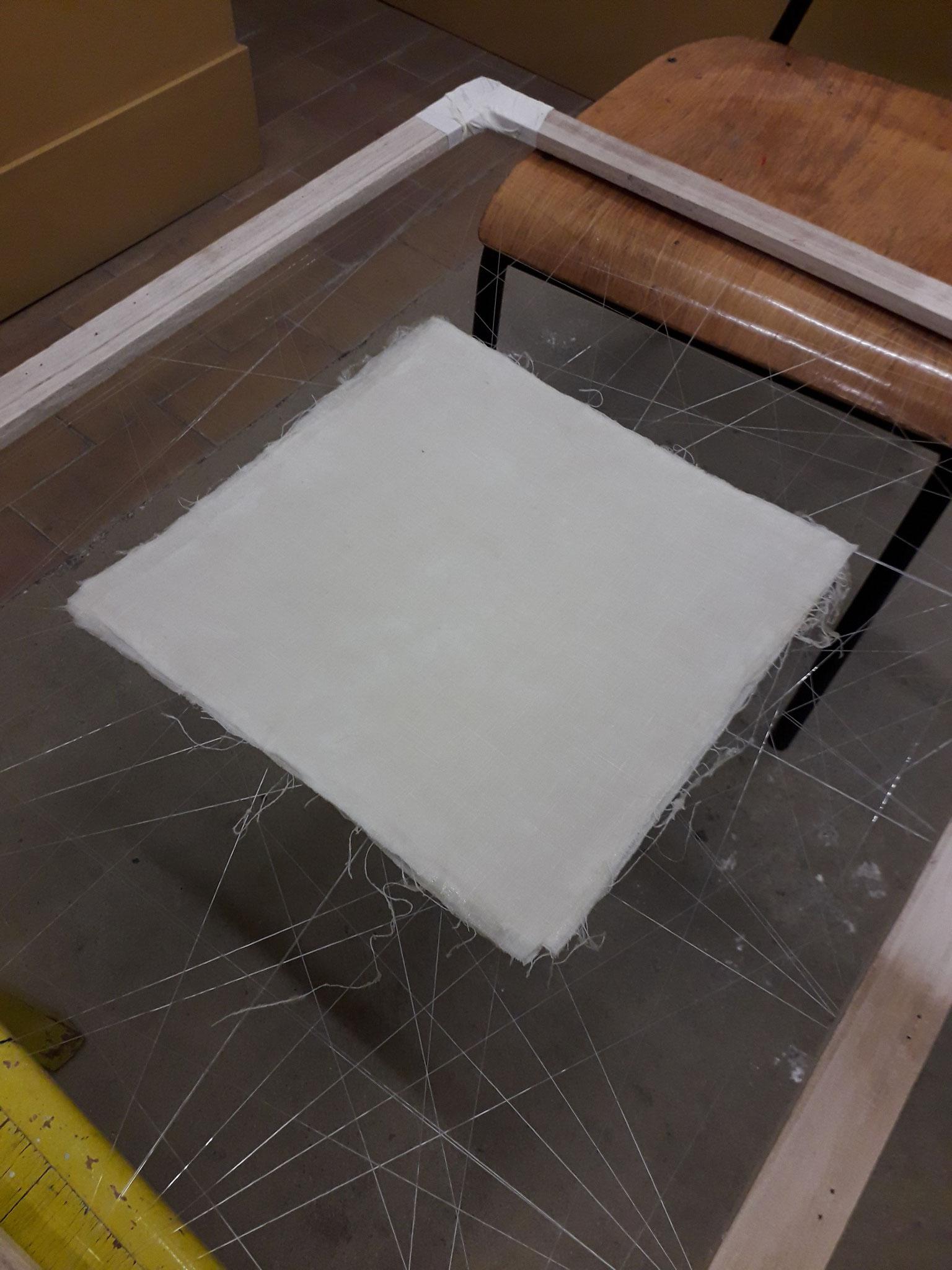 Der mit Angelsehne bespannte Rahmen erfüllt seinen Zweck ausgezeichnet. Der Stoff trocknet schneller und der Leim zersetzt sich nicht.