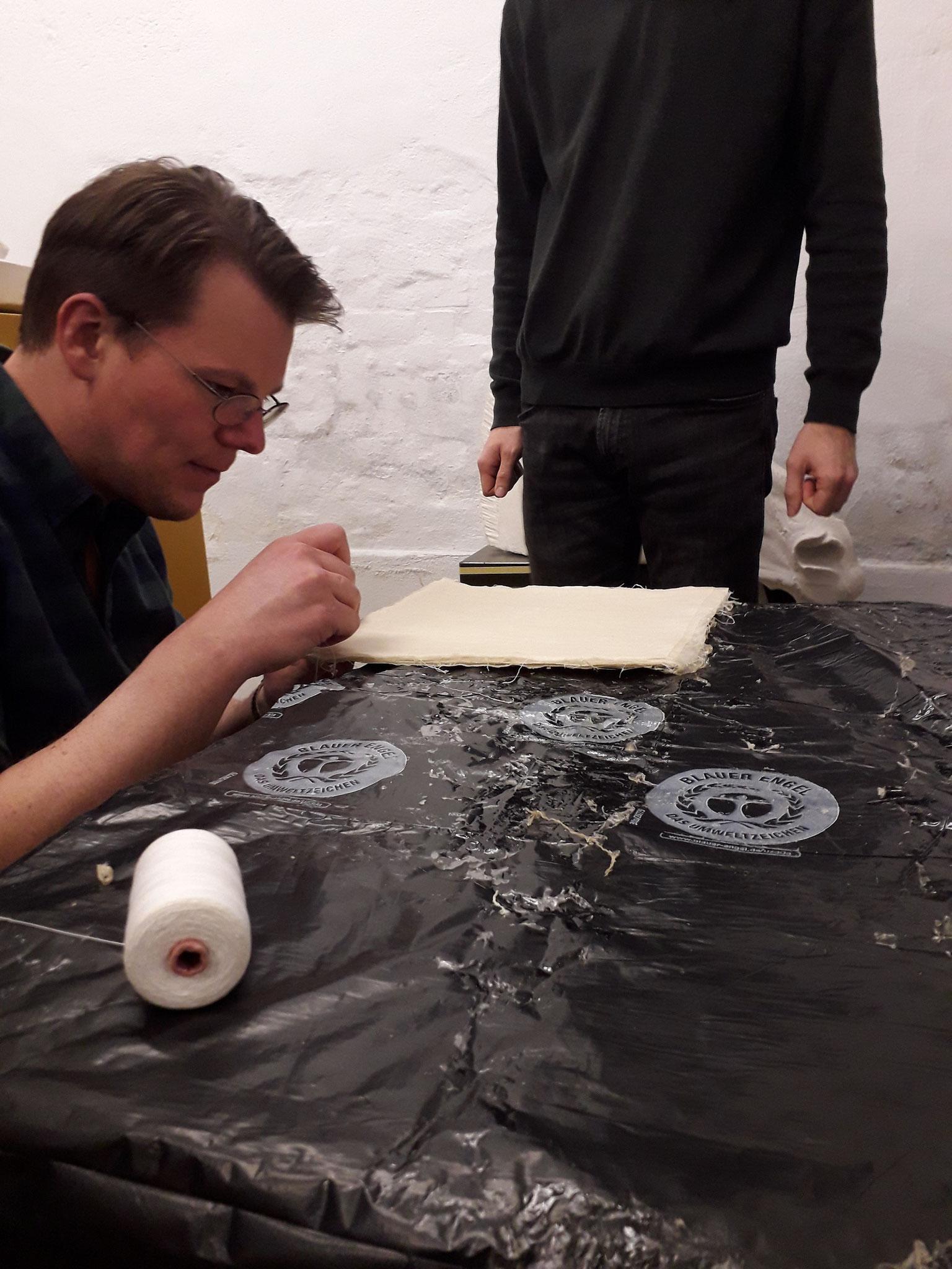 Die Fäden zum Aufhängen eines Teststückes wurden einfach mit Nadel und Faden angebracht. Im feuchten Zustand gleitet die Nadel problemlos durch die Platte.