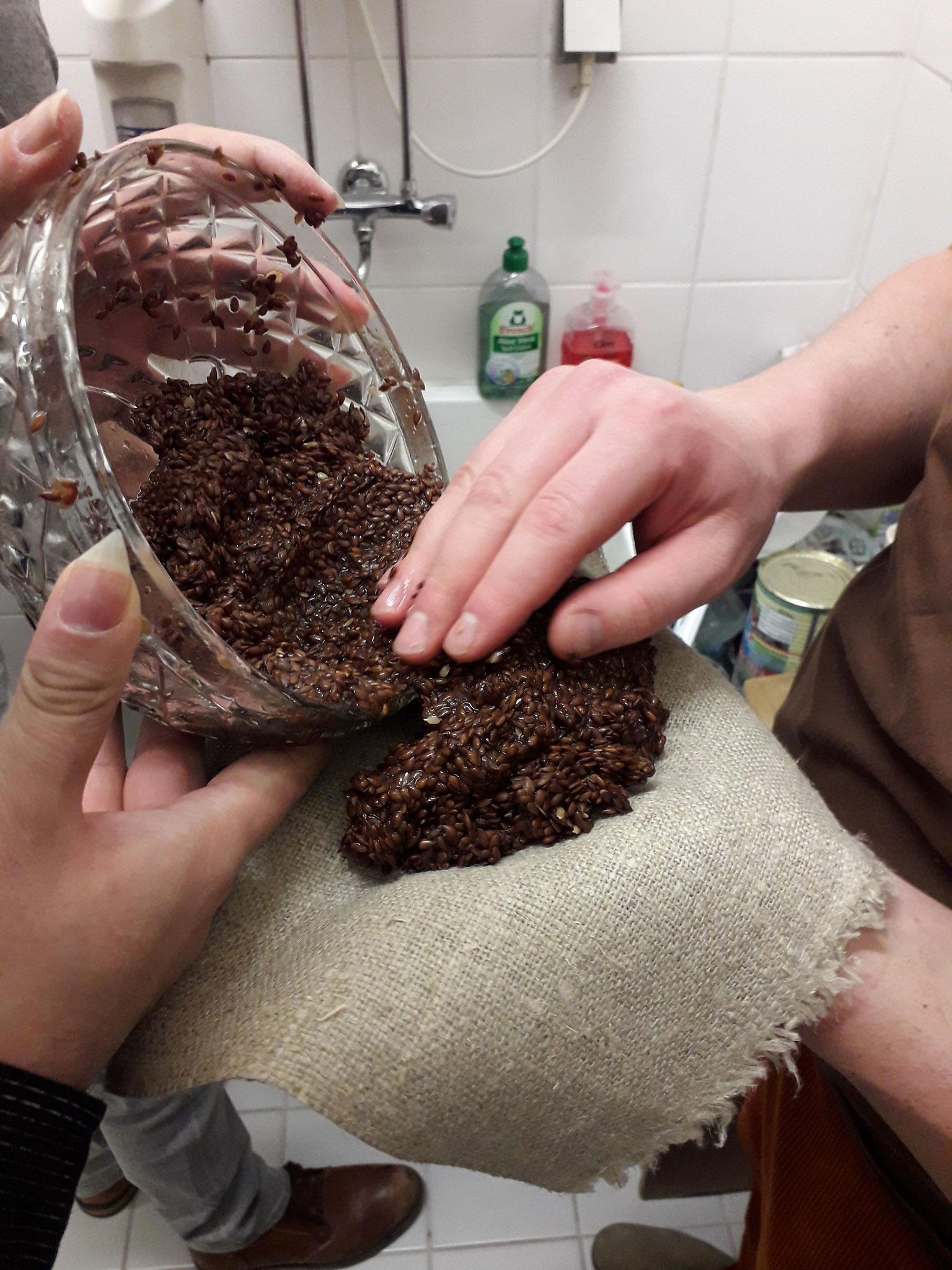 Nach dem Kochen und Sieben enthielten die Leinsamenkörner immer noch viel Leim, den wir durch pressen gewannen.