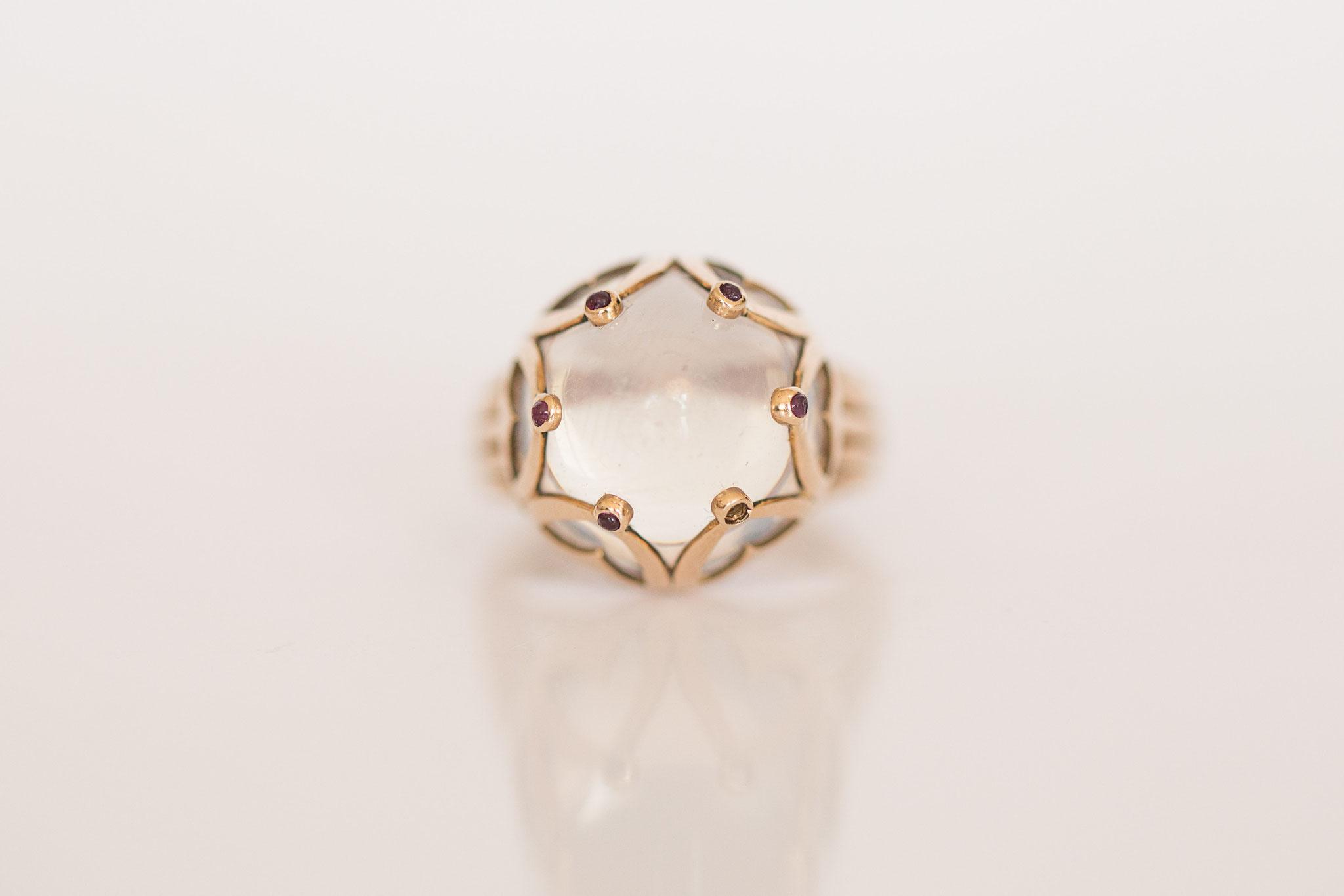 Vintage Ring mit Mondstein in 14 kt Gelbgold mit kleinsten Rubinen
