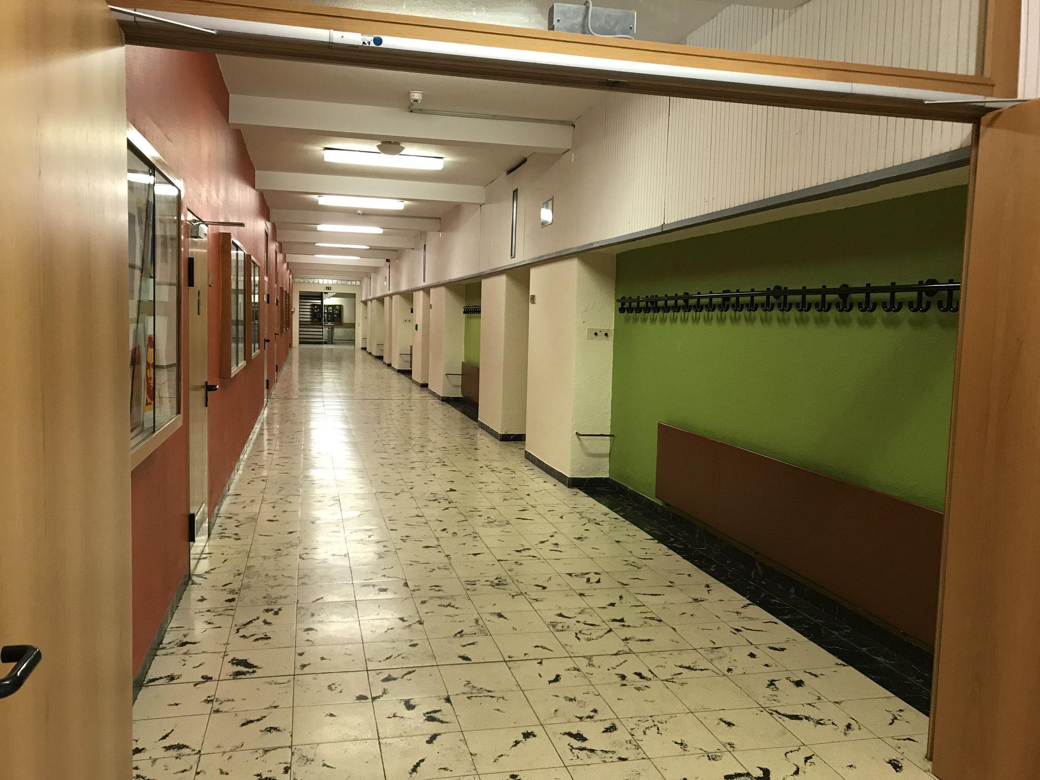 Gänge im Schulgebäude
