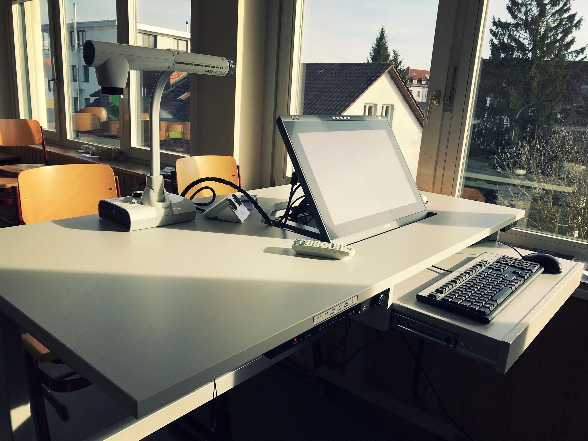 Multimedia-Tische in den Klassenzimmern der 10. Klässler