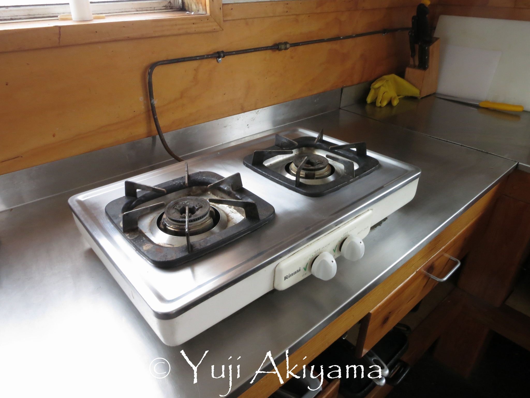 ガスコンロや食器、鍋釜は小屋に完備