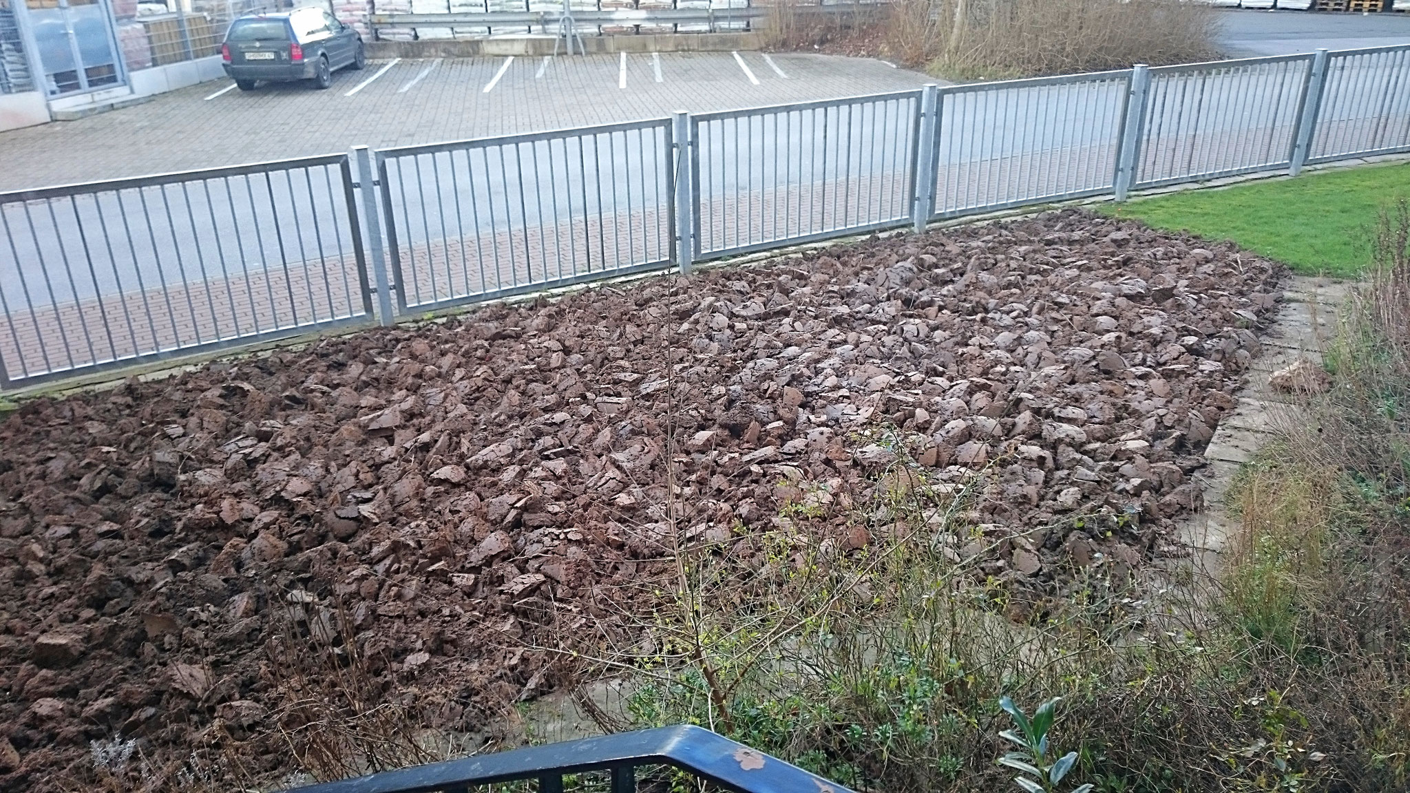 der Bereich links vom Eingang: endlich fertig umgegraben! - Foto: Britta Raabe